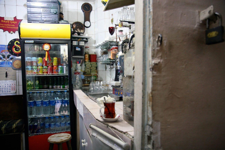 10. König der Teekocher. In einem Lüftungsschacht am Fuße des Galataturms wird Tee für Touristen, Geschäftsleute und Anwohner des Viertels zubereitet. Ein großes Schild über der Tür kündigt viel Versprechendes an: Kral Çaycı – König der Teekocher.