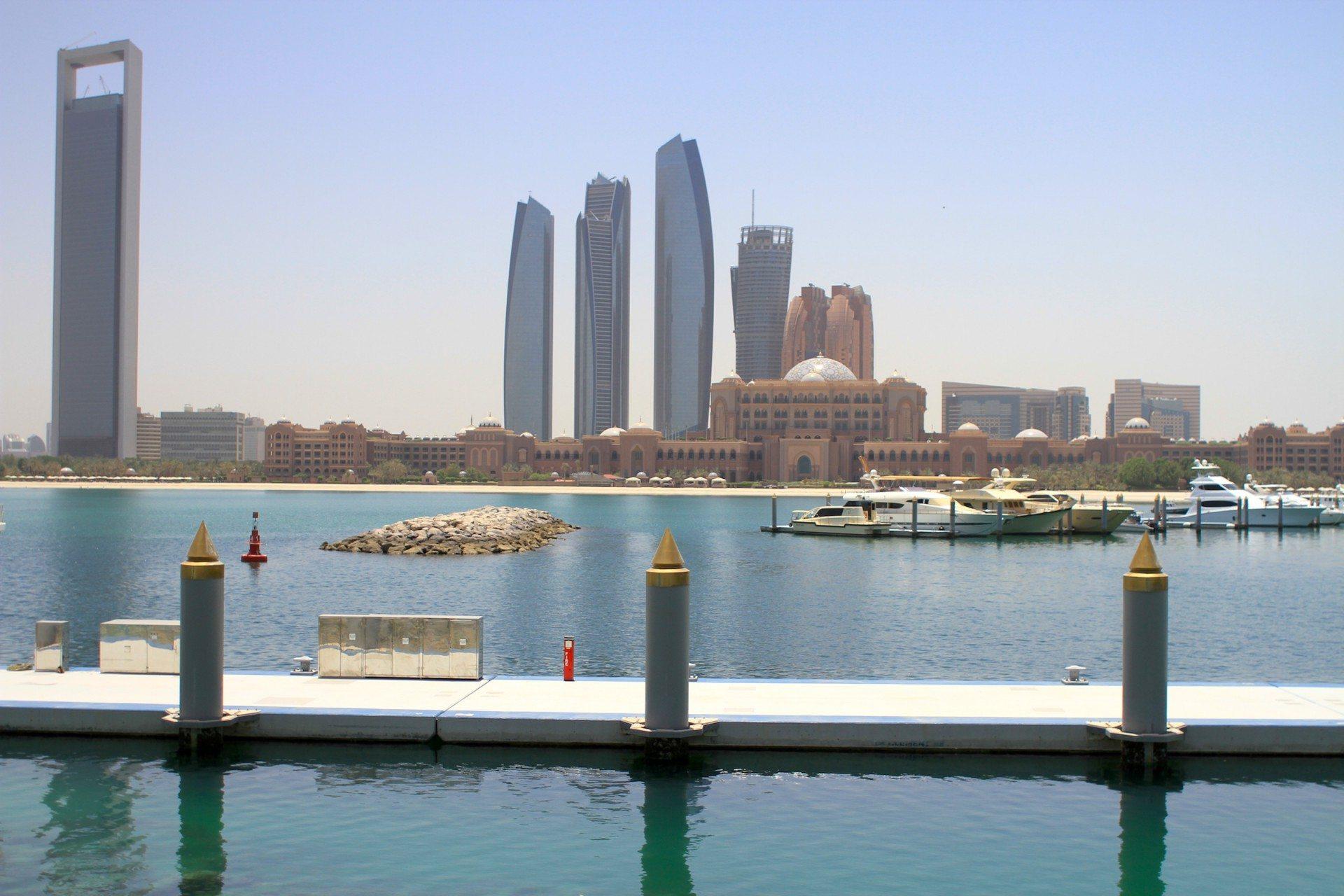 Turmsilhouette. Der Adnoc Tower (li.) und die Emirates Towers (Mitte) vom Jachthafen des Kempinski Emirates Palace.