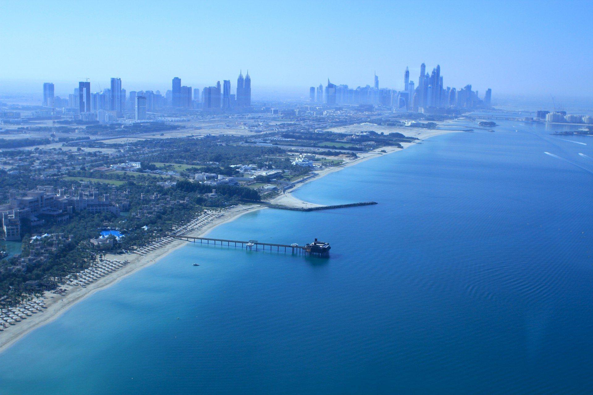 Blausilhouette. Der Blick vom Burj Al Arab auf die Dubai Marina (re.) und die Türme der Sheikh Zayed Road (li.).