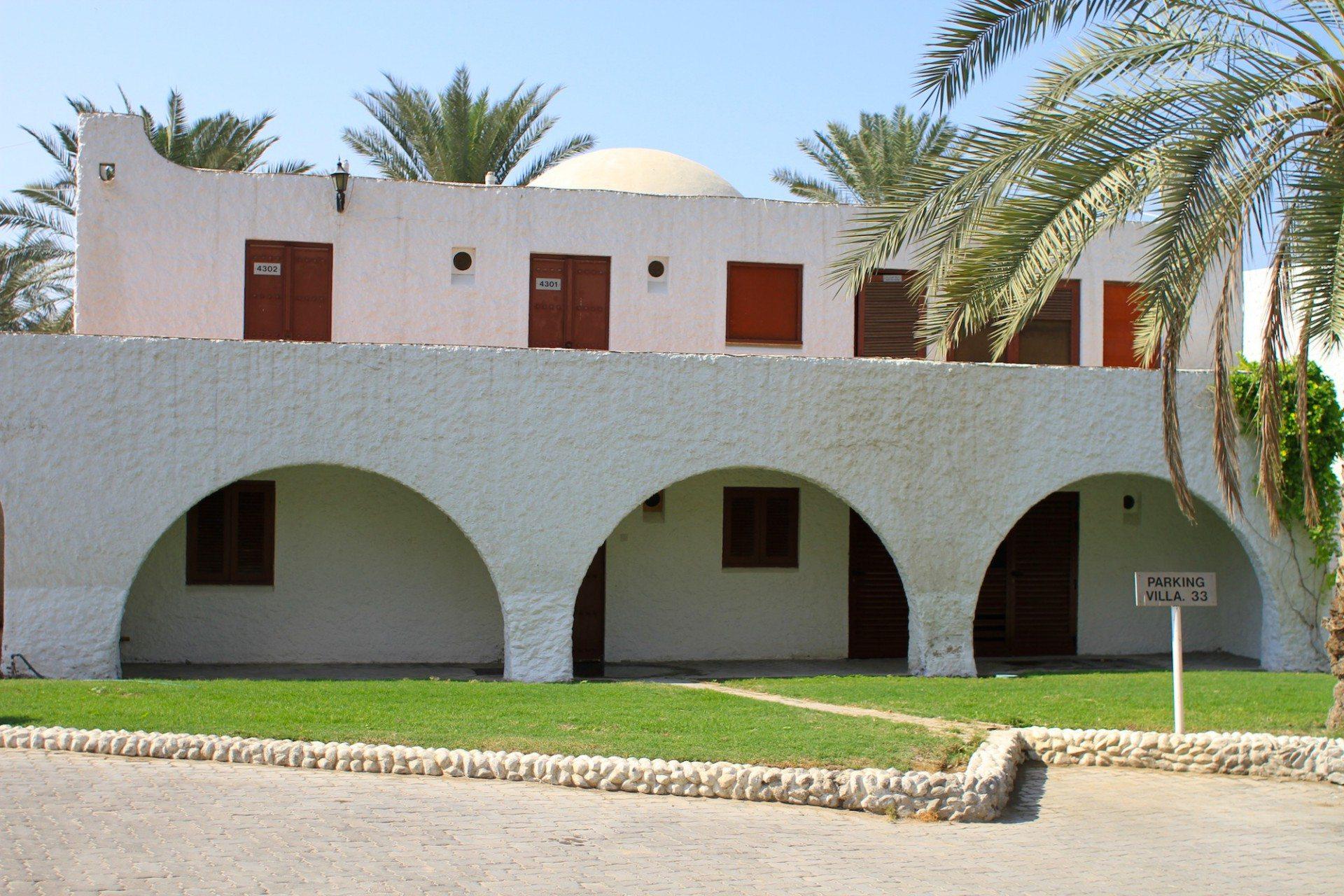 Verschmelzung. Die Verbindung aus traditioneller Formsprache mit Resortarchitektur im Marbella Resort, Sharjah.