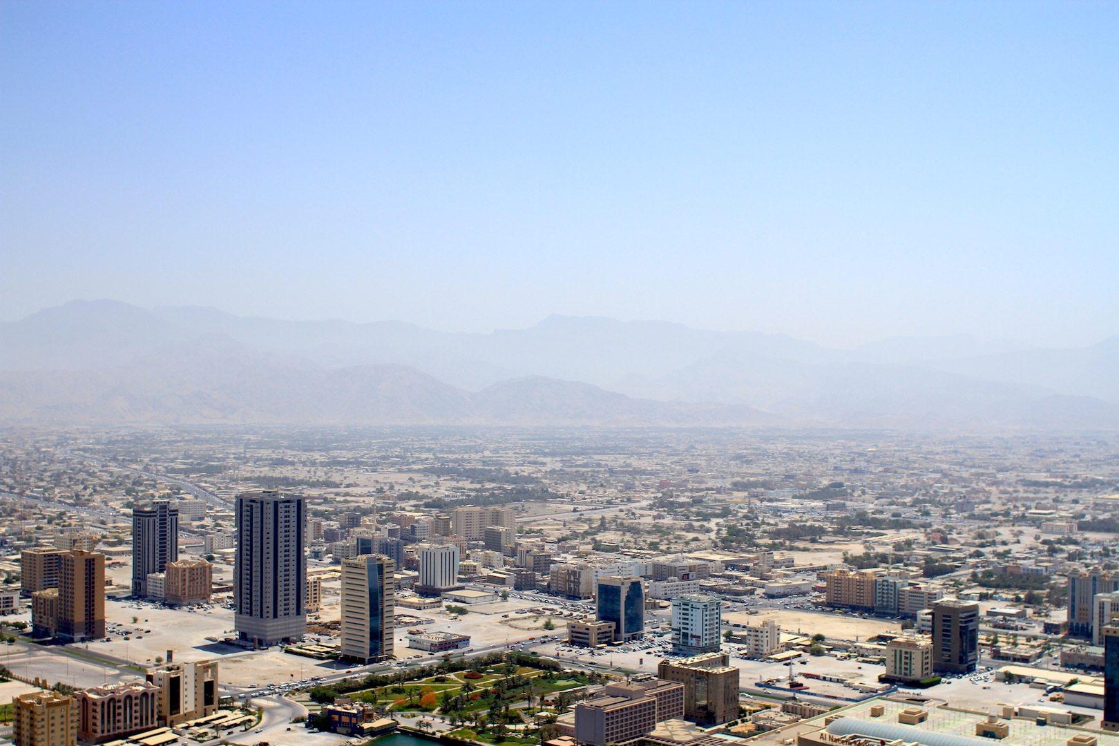 Die Ansammlung der Solitäre. Das zerfurcht wirkende Zentrum von Ras Al Khaimah-Stadt von oben mit Blick in Richtung des Hajar-Gebirges.