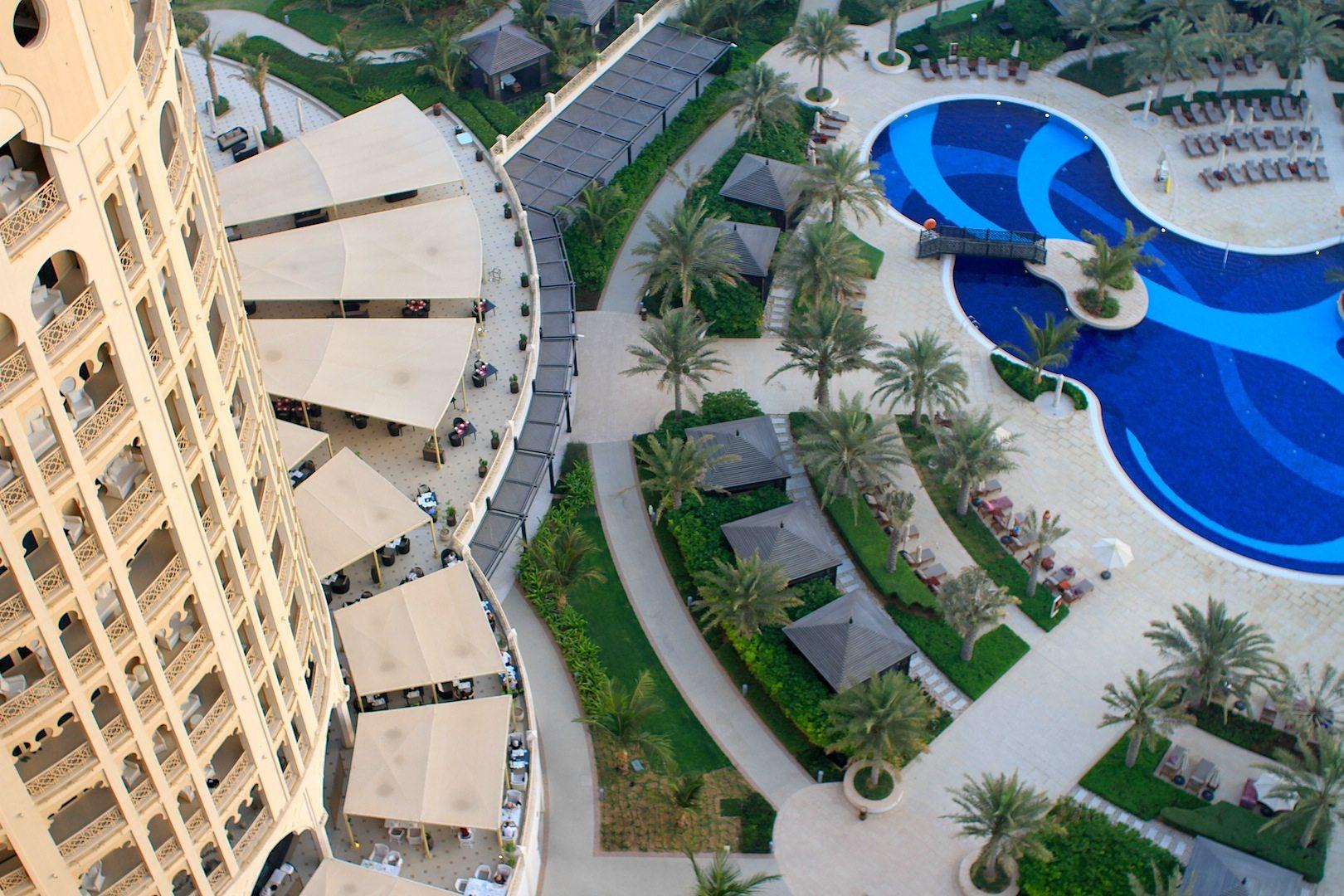 Terrasse und Pool. Teil des Waldorf Astoria-Innenbereichs