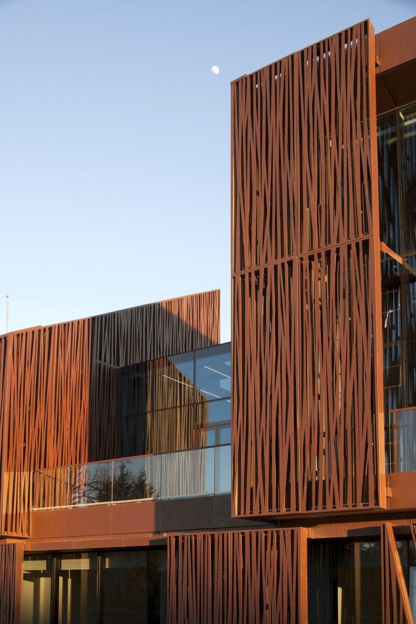 Streifenweise.  Das Selcuk Ecza Hauptquartier von Tabanlioglu Architects.