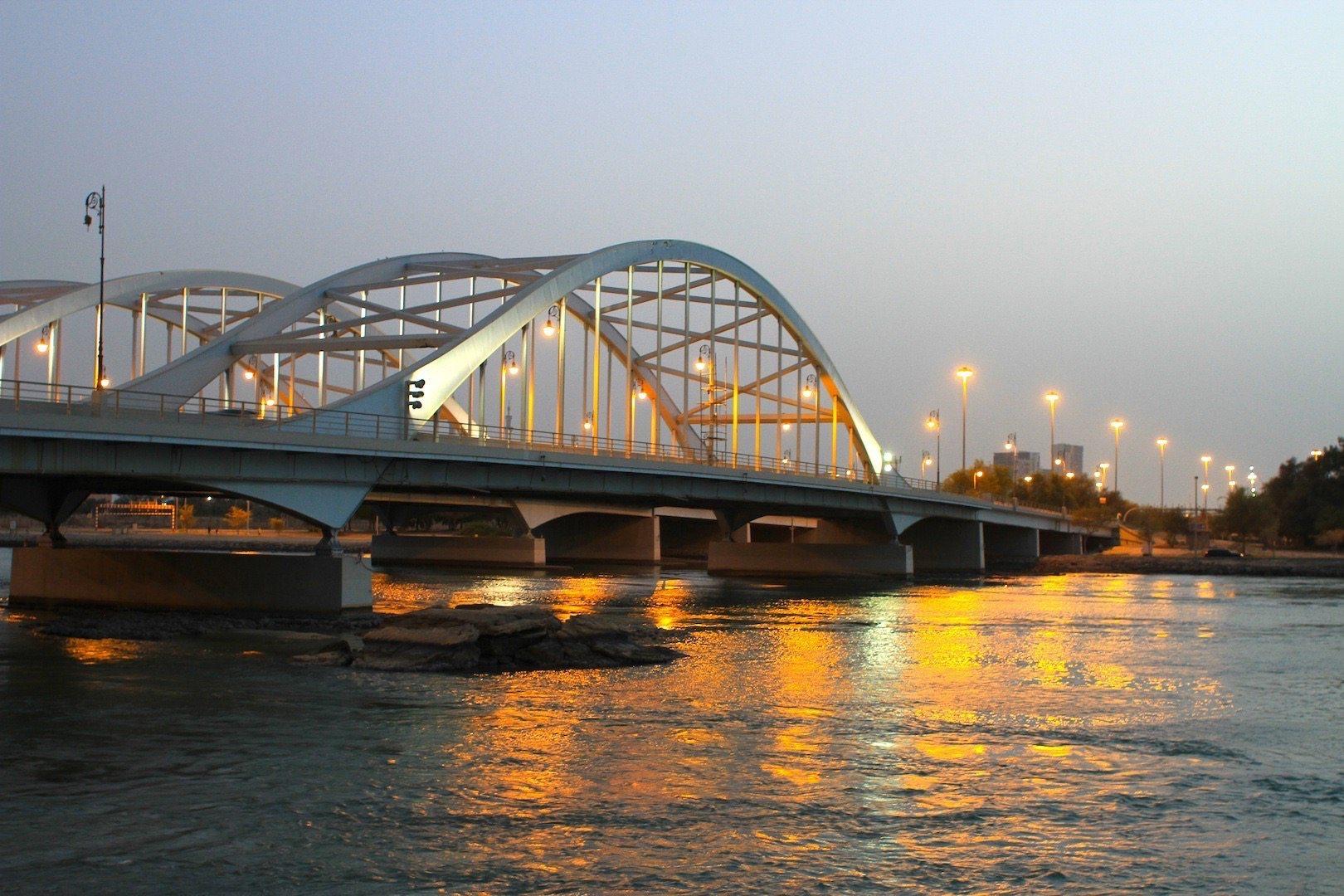 Markant. Die Stahlbogenbrücke Al Maqta