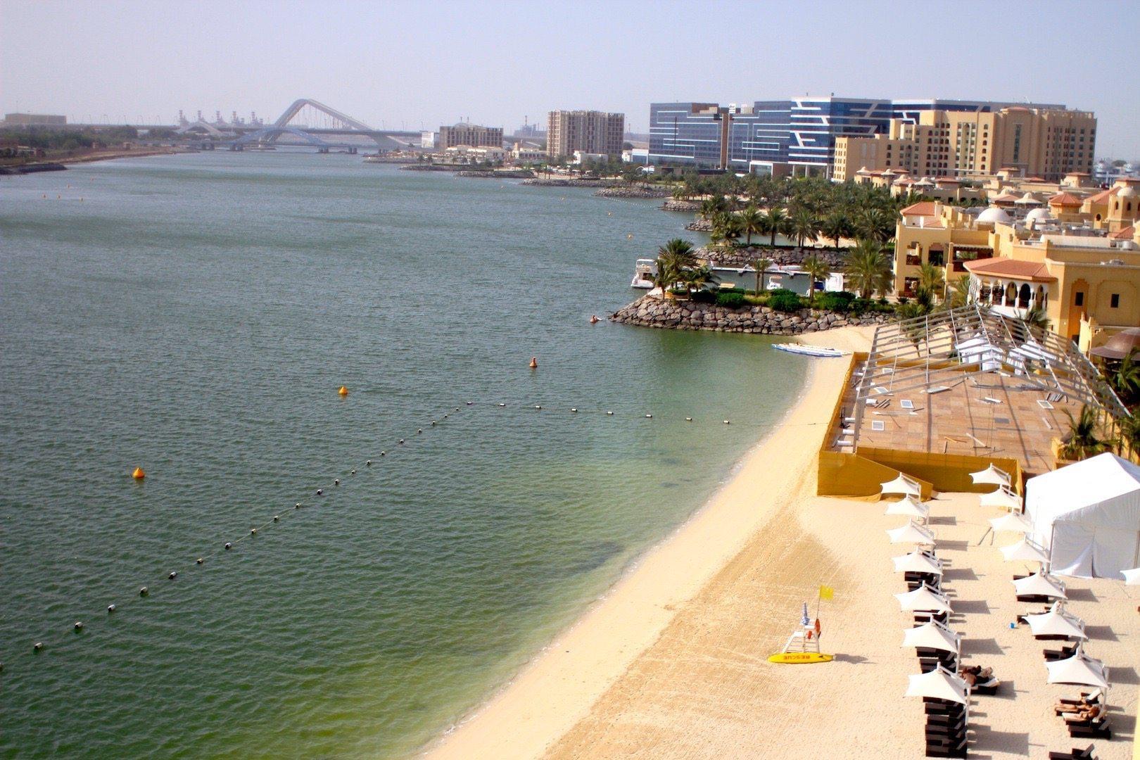"""""""Between the bridges"""". Das bei Emiratis, Expats und Touristen beliebte Viertel, wörtlich übersetzt """"zwischen den Brücken""""."""