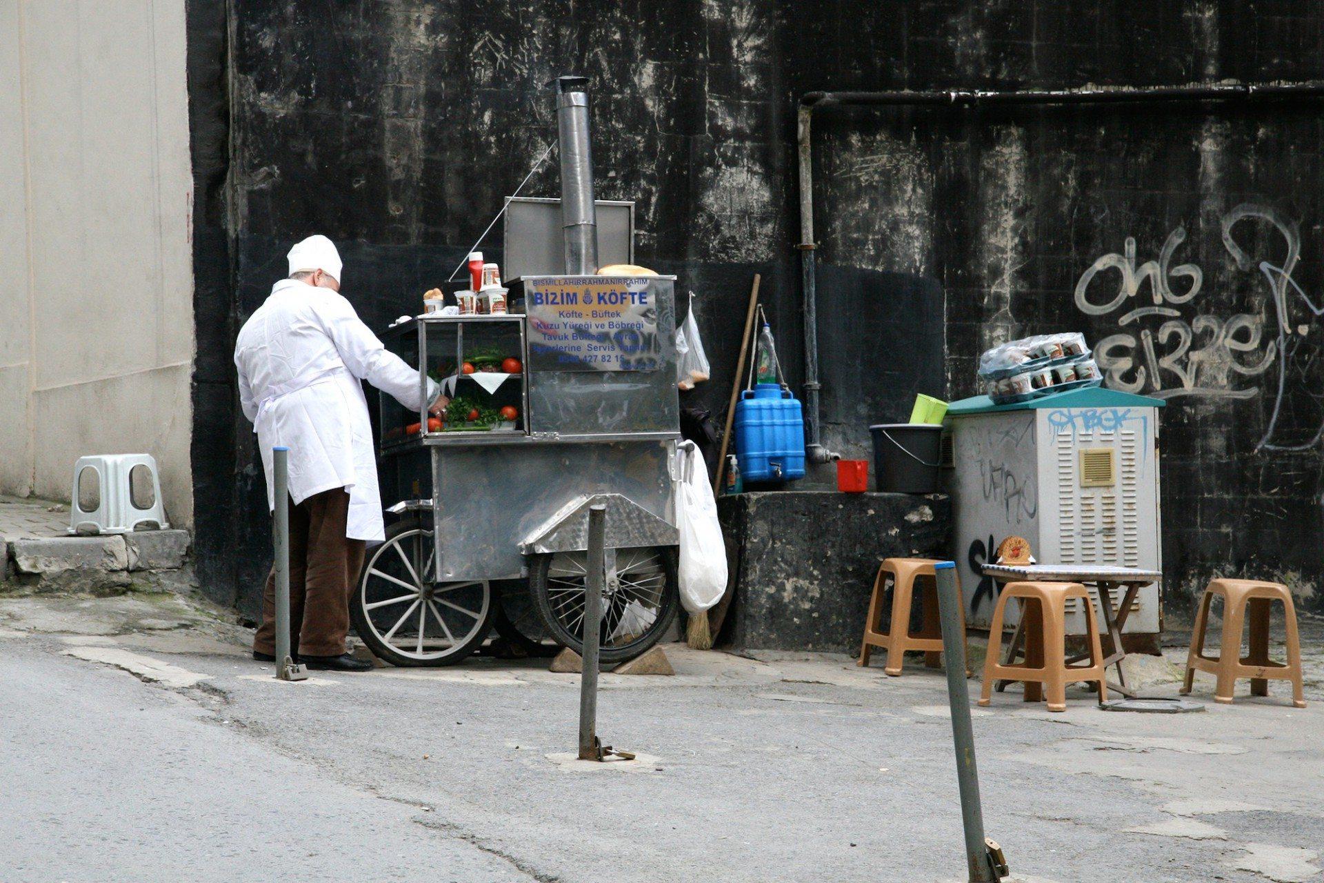 2. Köftemobil. Täglich werden köstliche Köfte vom weißgewandeten Koch auf einem fahrbaren Grill zubereitet.