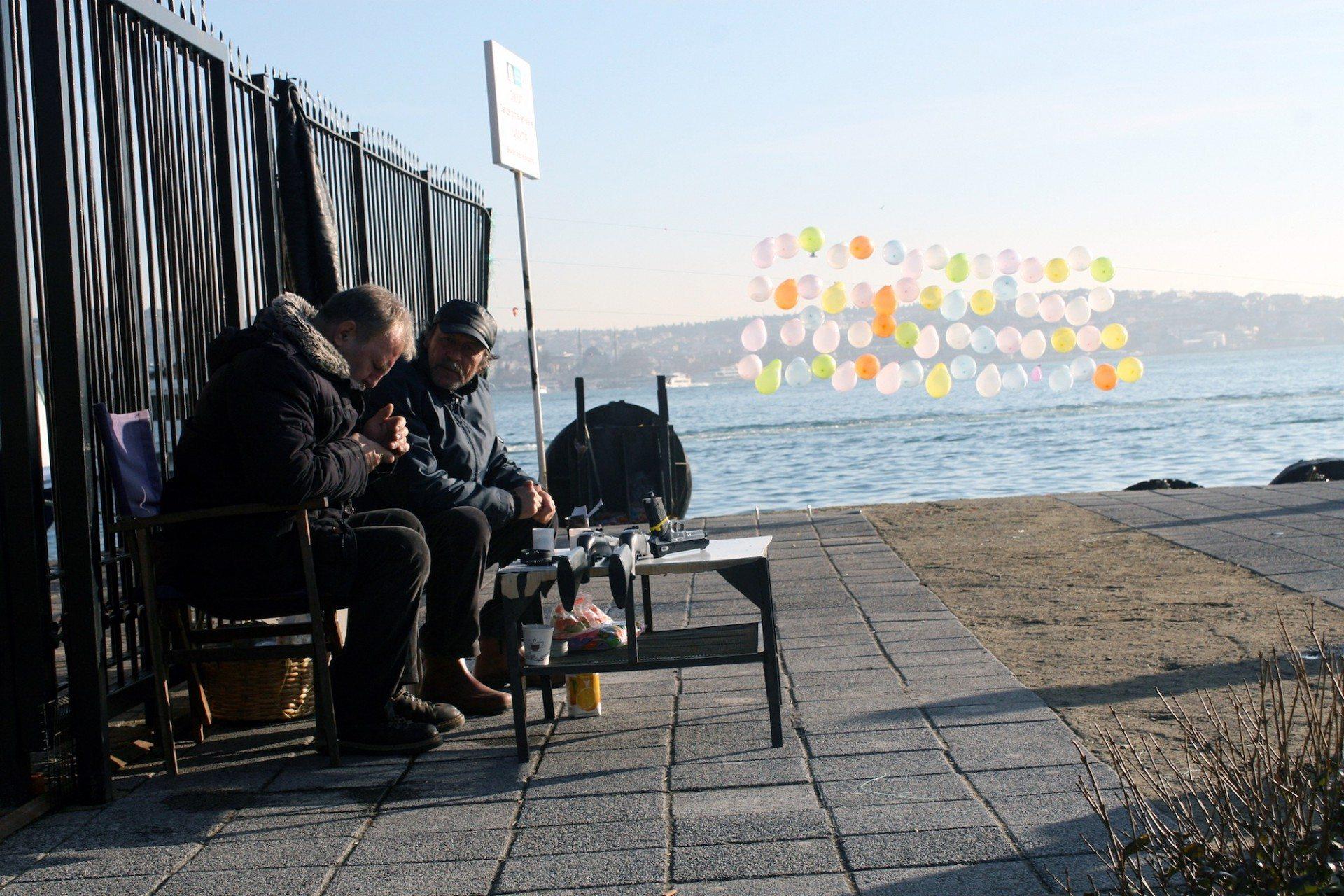 3. Schießstand. Luftballonschießen ist eine der Freizeitaktivitäten entlang des Bosporus und am Ufer des Marmarameeres. Zwei Pfosten, eine Schnur und jede Menge Luftballons. Schon kanns losgehen.