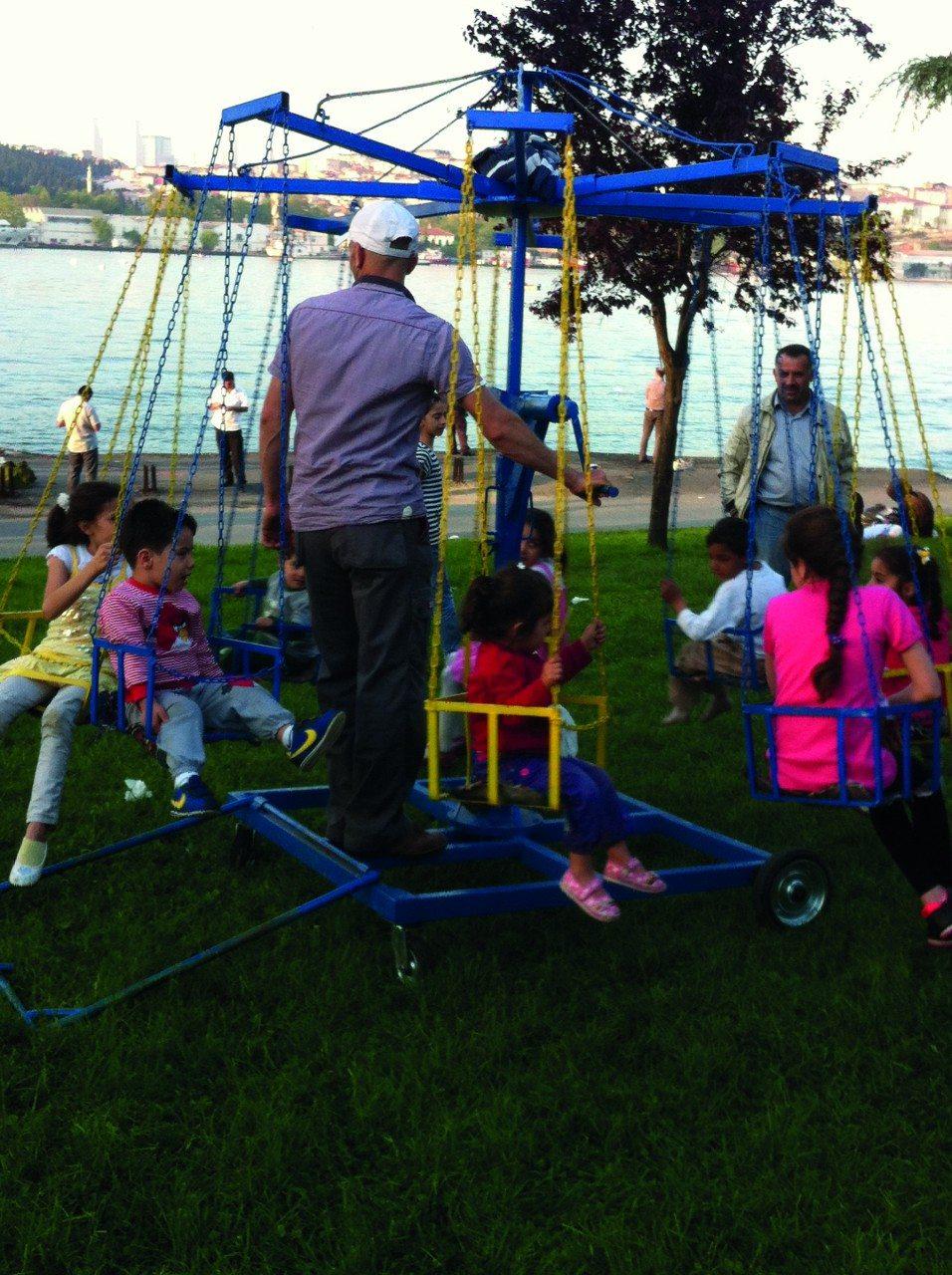 5. Karussell. Das bereifte Karrussell kann immer dort eingesetzt werden, wo es am dringendsten benötigt wird, zur Freude der quietschenden Kinder.