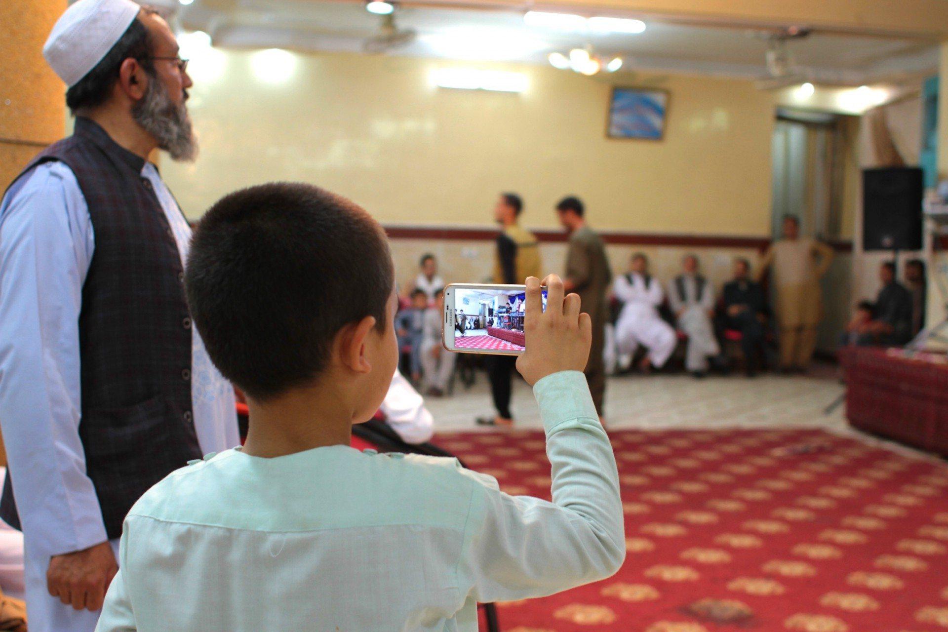 Der Smartphonist. Bei einer Veranstaltung in Herat.