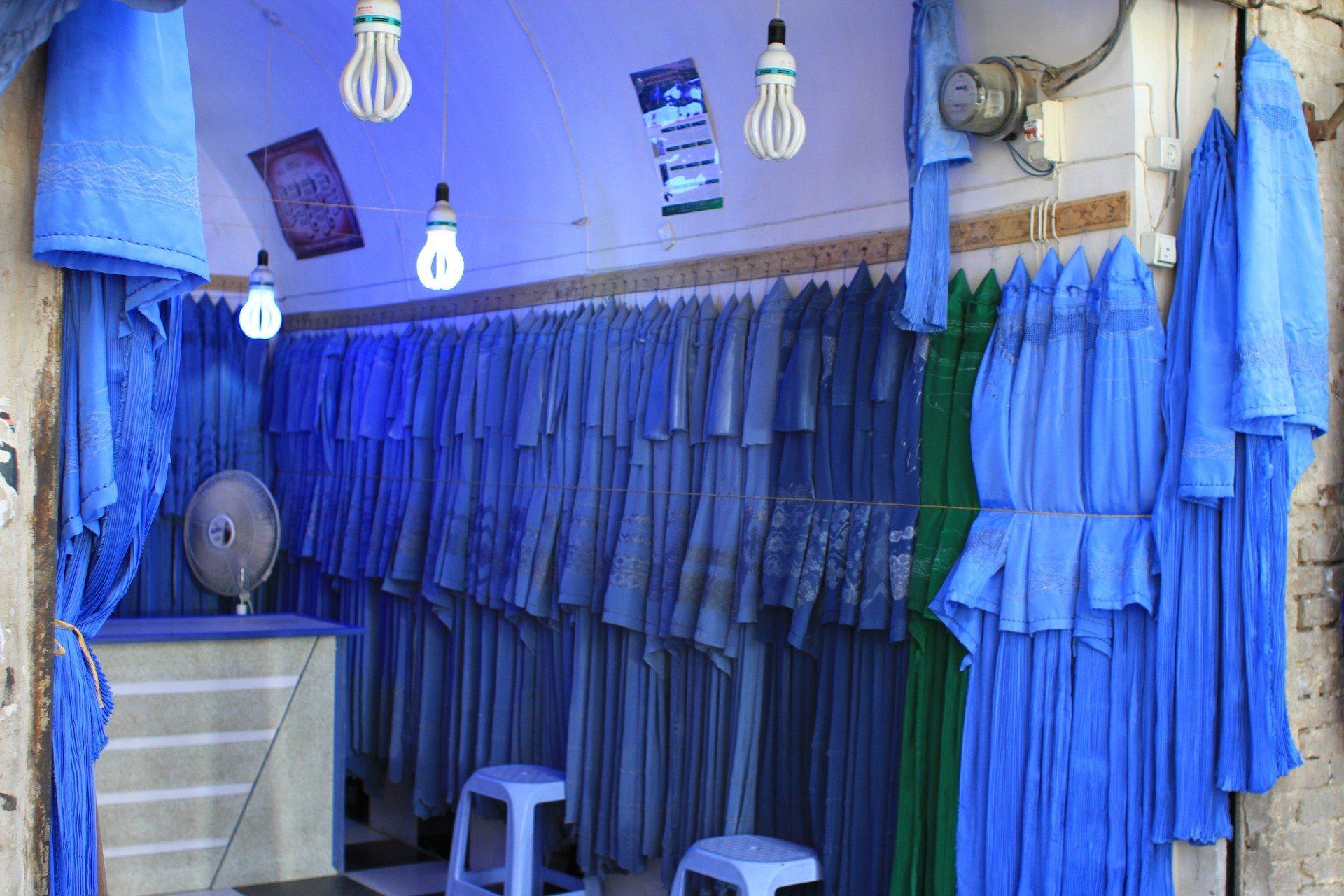 Der Klamottenladen. Burkaverkauf in Herat