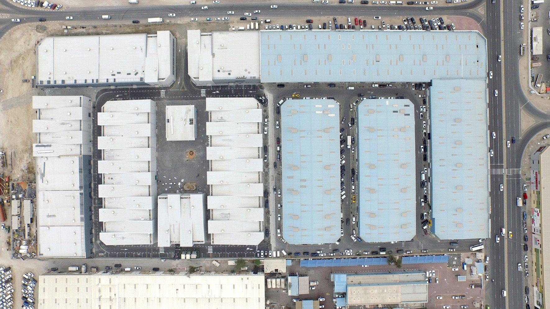 Alserkal Avenue. Rhythmisierte Metallfassaden, tanzende Dächer und weitläufige Innen- und Außenräume erweitern den Campus Alserkal Avenue. Die Hallen mit den dunkleren Dachflächen rechts gehören zum ursprünglichen Areal.