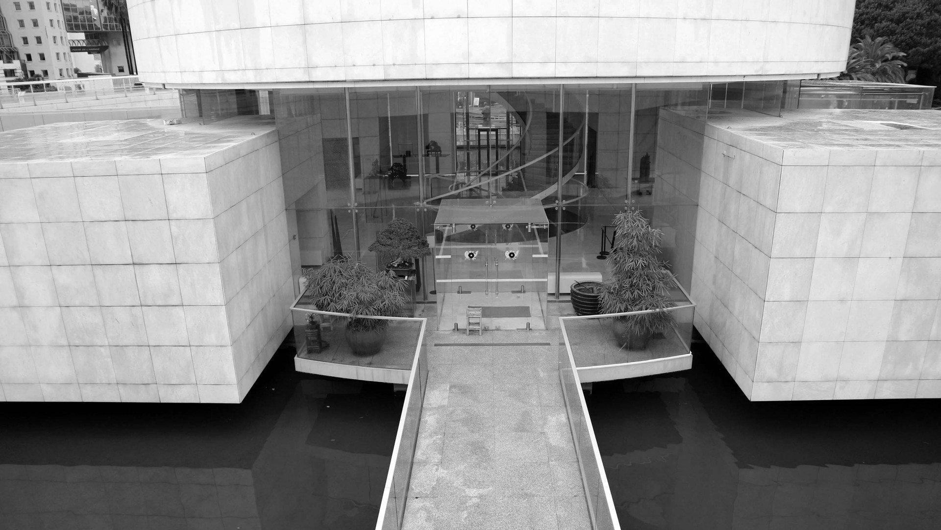 Klarheit.  Flache Stege führen in den zentralen Raum des Museums.