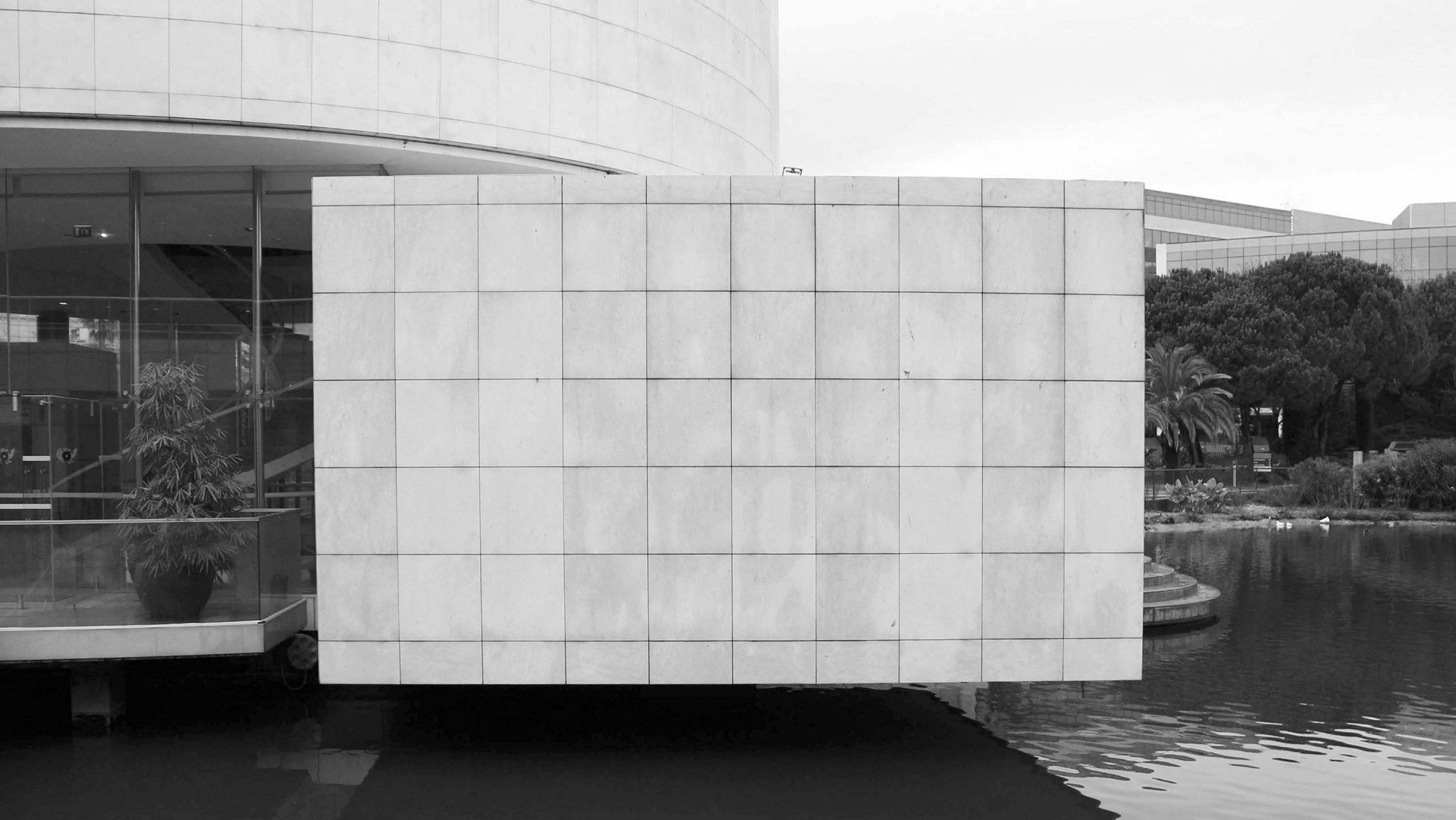 Schwerelosigkeit. Die Ausstellungsräume scheinen über dem Wasser zu schweben