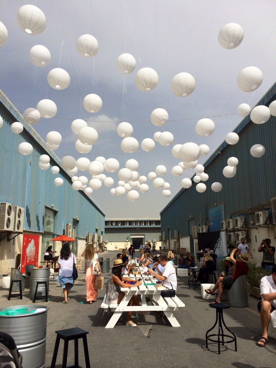 Quoz Arts Festival. Wege und Plätze zwischen den Baukörpern werden wie beim Quoz Festival abwechselnd temporär bespielt.