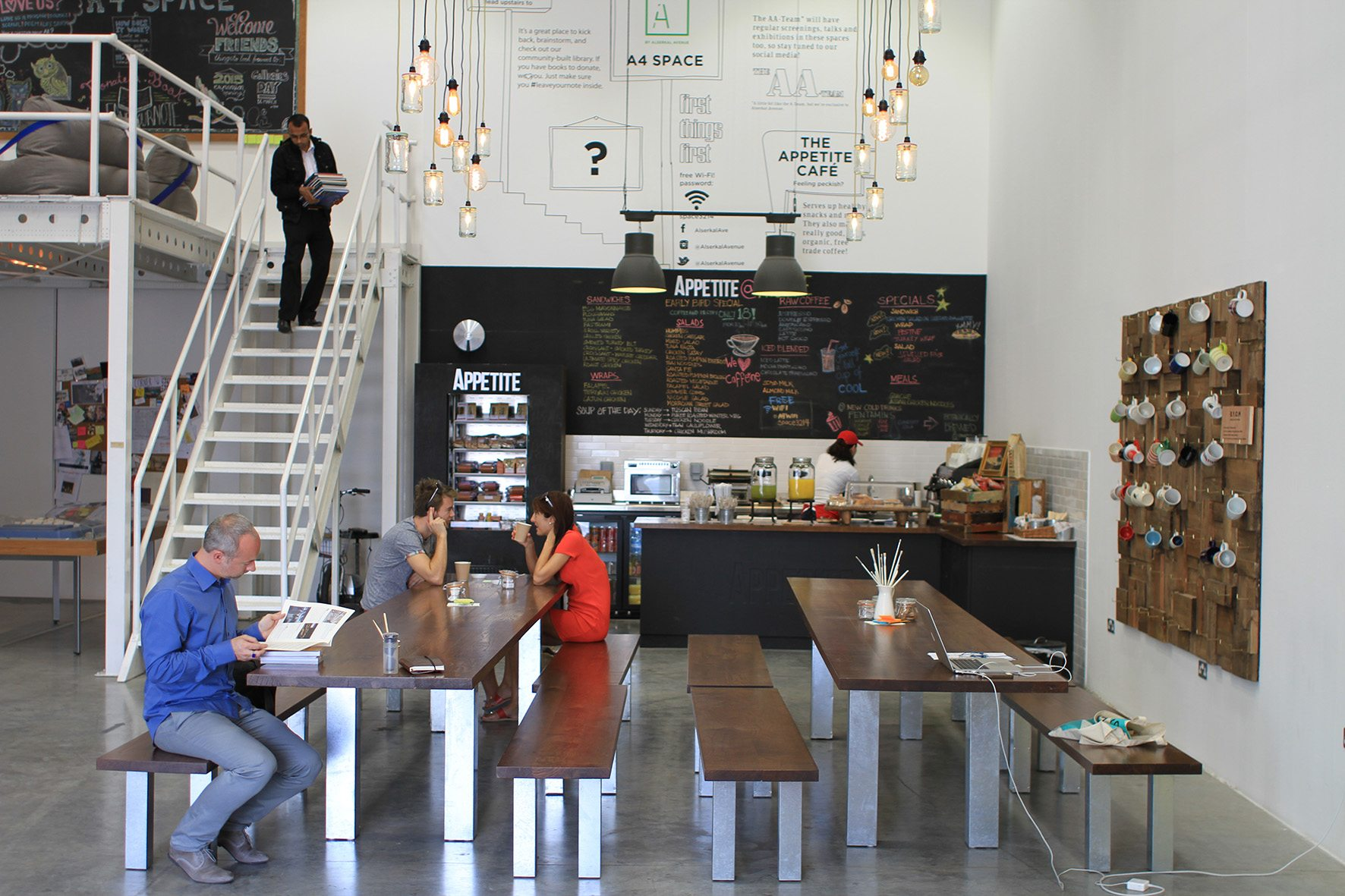 Appetite Café. Das Café ist Lokal, Bibliothek und Arbeitsplatz im A4 Space.