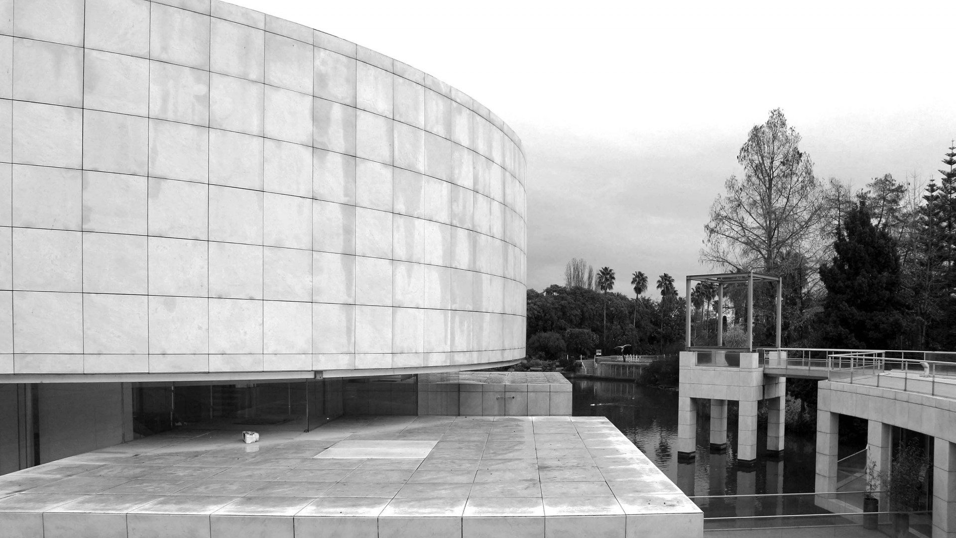Arrangement. Eine Komposition klarer Gebäudegeometrien.