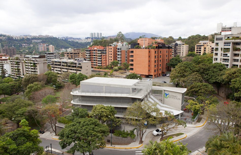 Fava School, Caracas. Eine Rampe verläuft um das vertikale Schulgebäude für autistische Kinder. Durch die kleinere Grundfläche blieb mehr Platz für Grün.