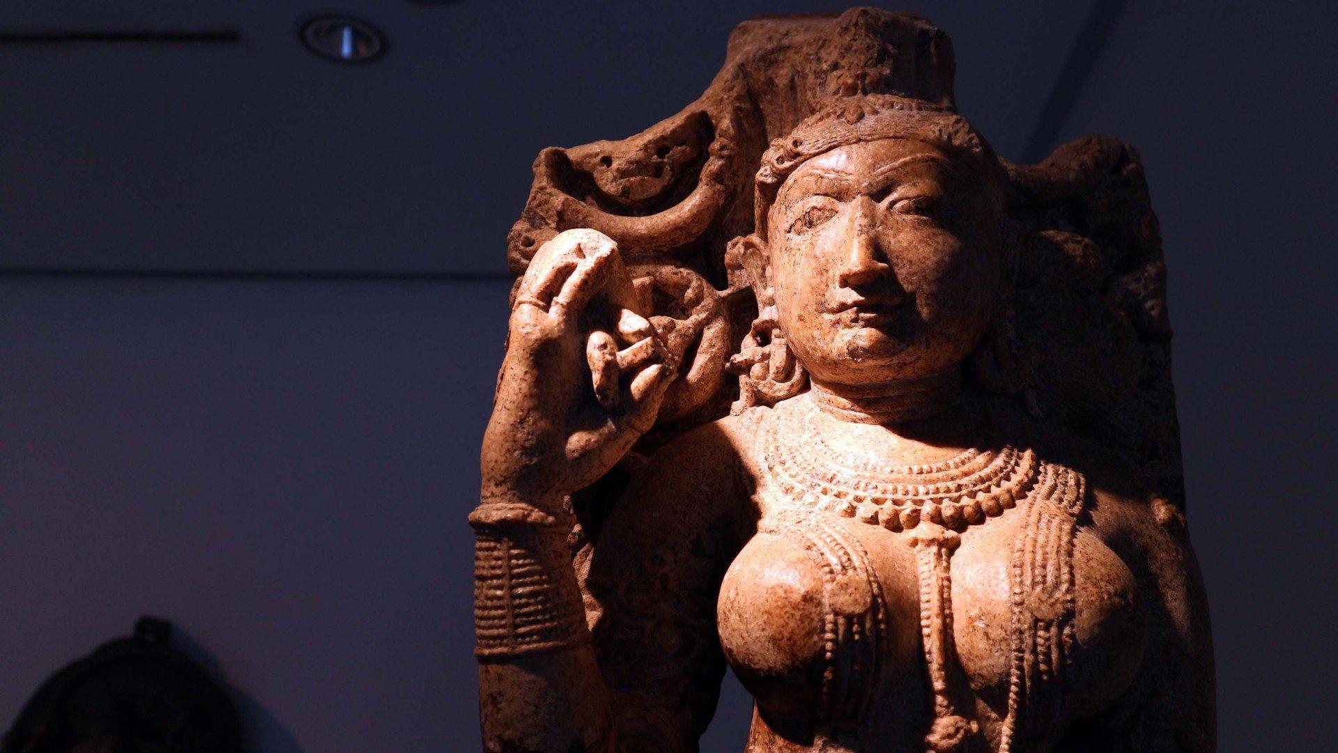 Leuchtend.  Die Baum-Gottheit, Salabhanjika, aus der Mitte des 10. Jahrhunderts, Indien.