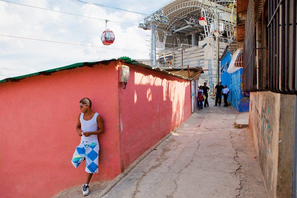 Metro Cable, Caracas.  Eine minimalinvase Seilbahn erschließt rückwirkend die informelle Siedlung. Ein starker Eingriff in die Struktur des Barrios konnte dadurch verhindert werden.