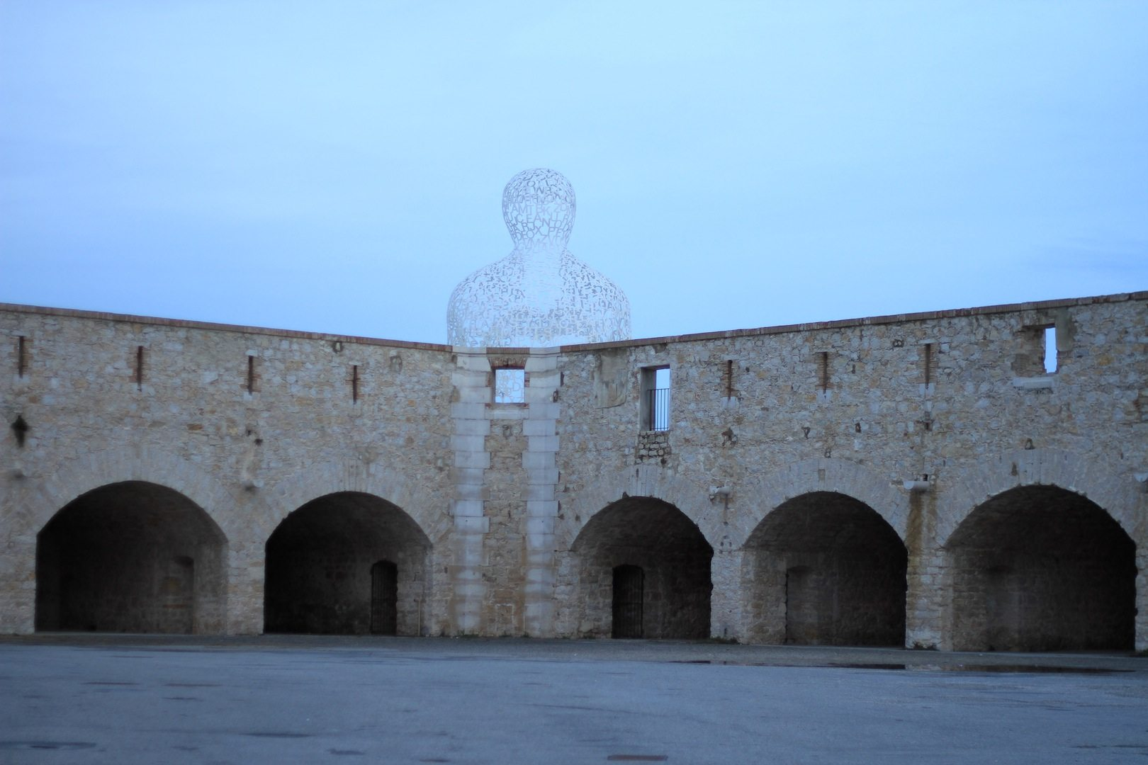 Nomade. Die Installation des Bildhauers Jaume Plensa aus Barcelona in Antibes.