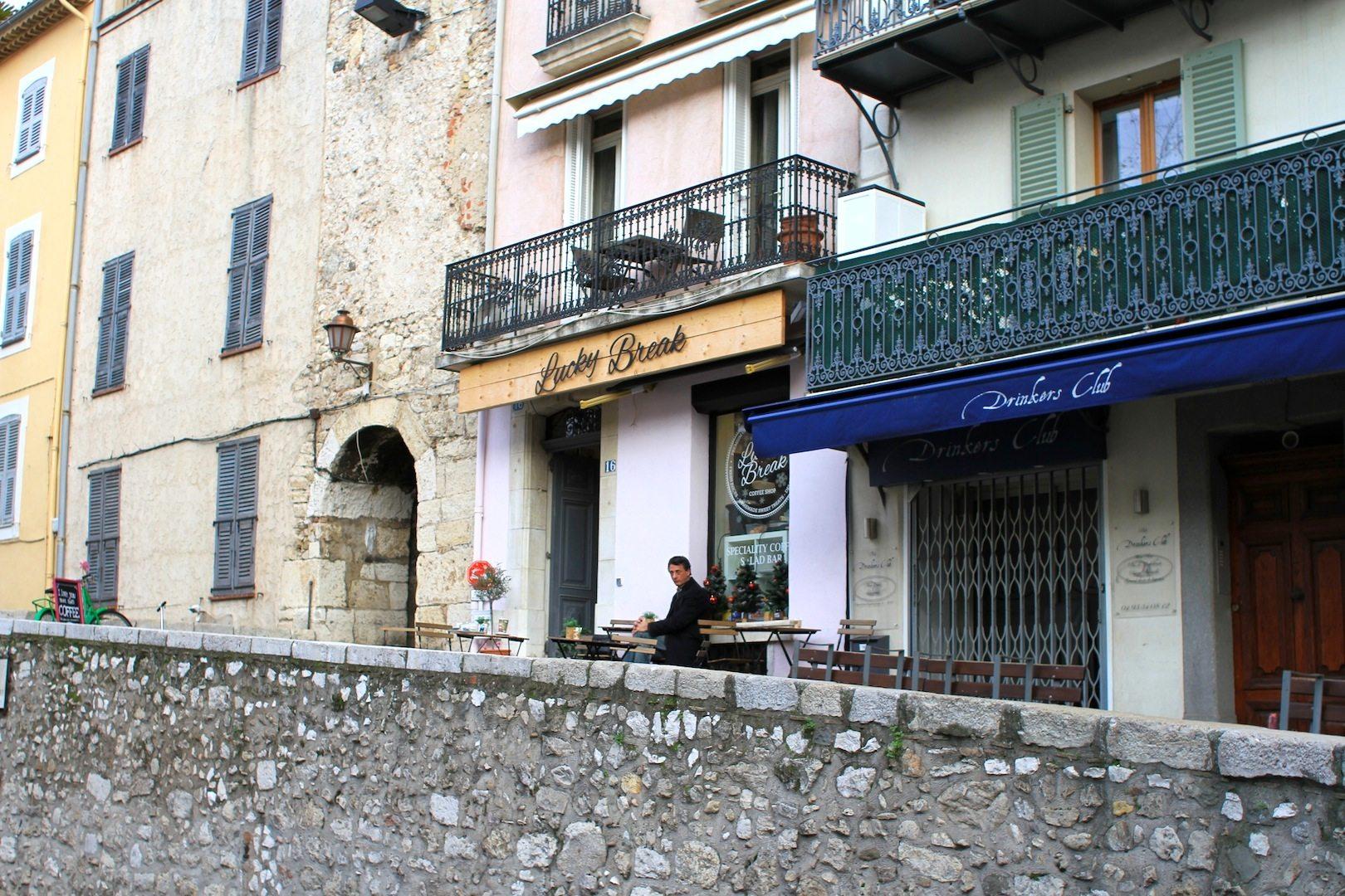 Antibes. Kaffeekultur an der Stadtmauer
