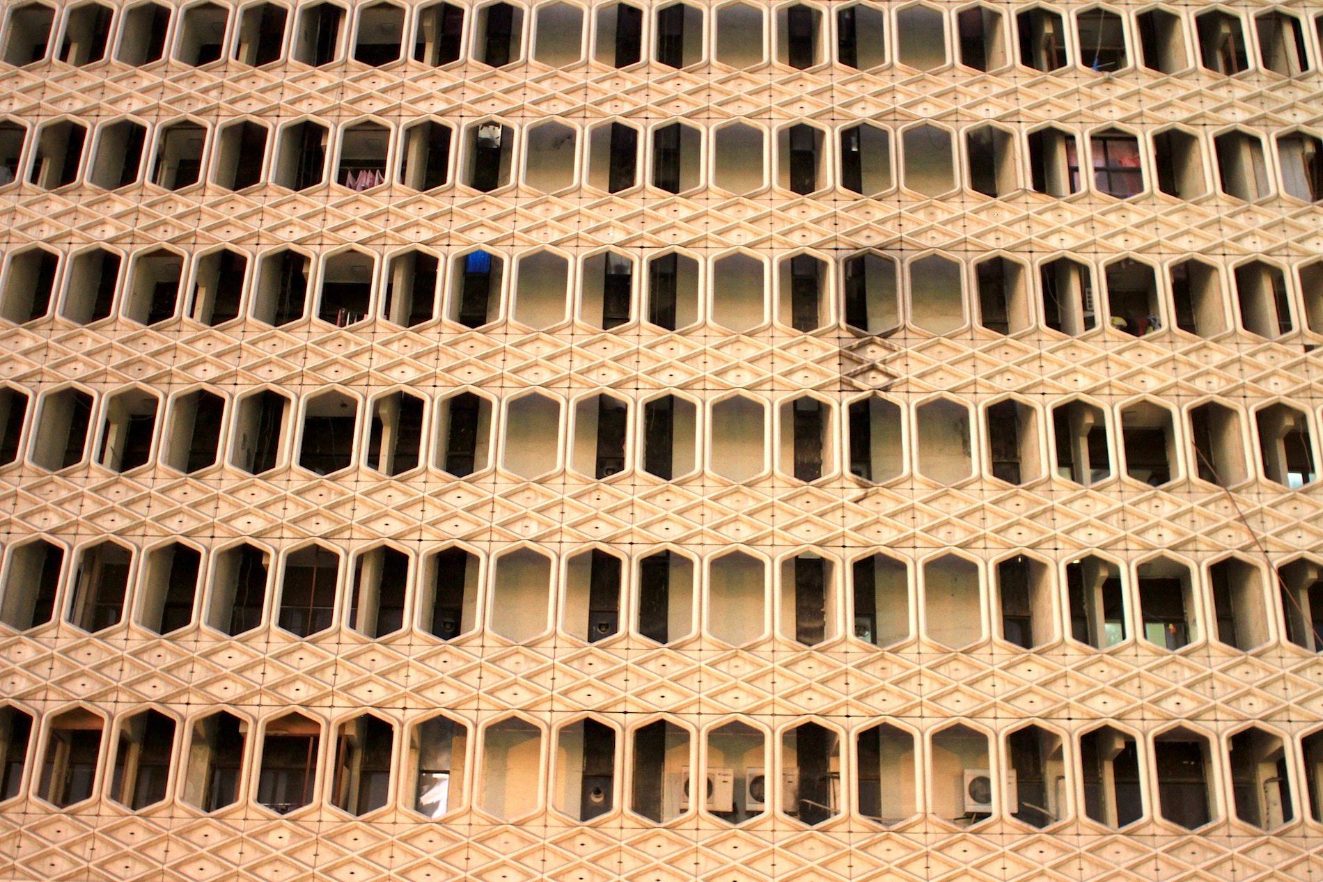 Gitterwerk. Vorgehängte Fassade mit Anklängen an die Mashrabiya-Tradition.