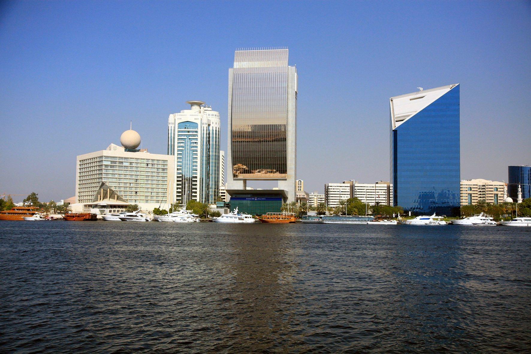 Statements am Creek. Das Etisalat-Gebäude mit der Kugel (ganz links), das Sheraton (von Rader Mileto Associates), die Zentrale der National Bank of Dubai mit dem Goldsegel und rechts die Chambers of Commerce.