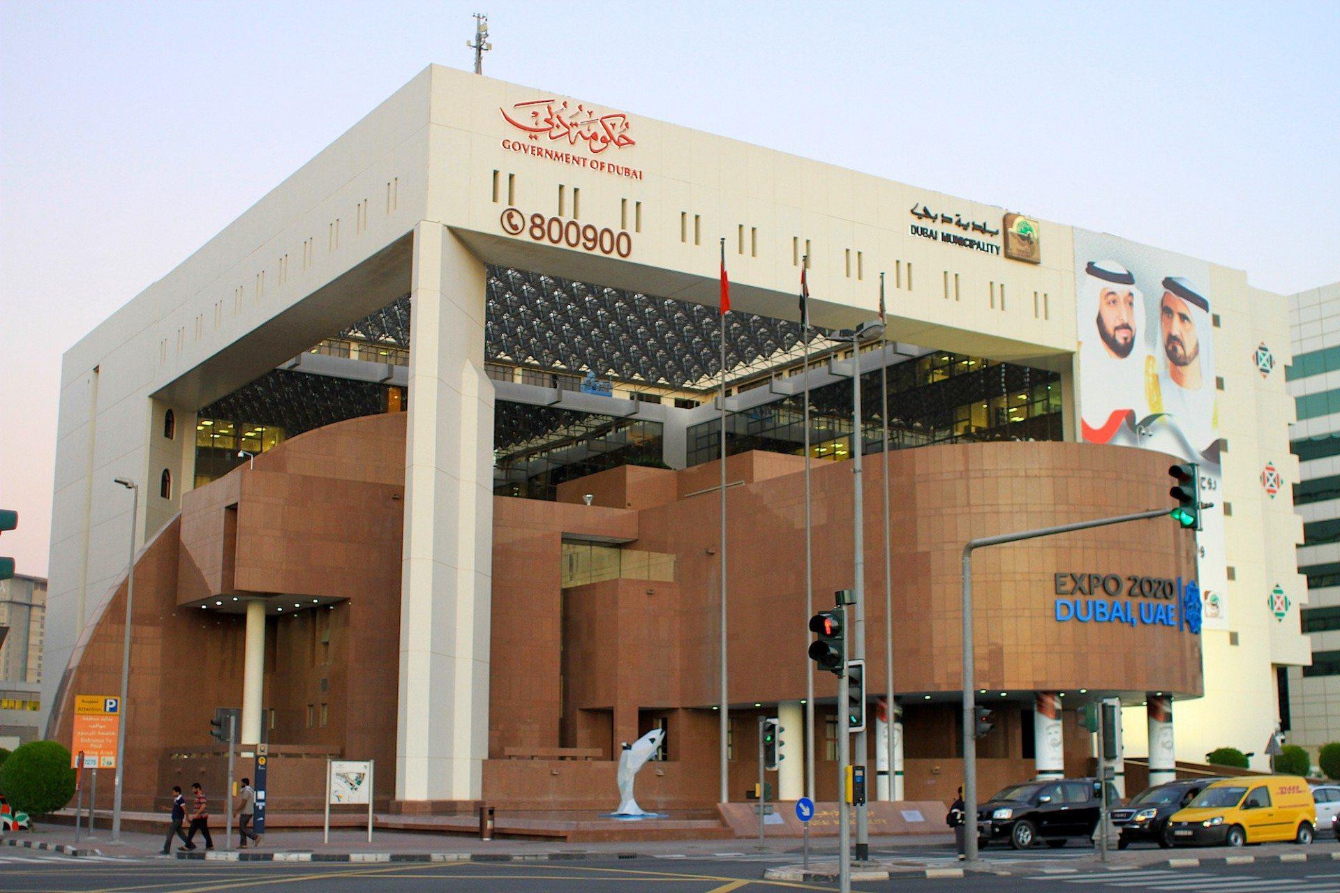 Dubai Municipality. Von Pacific Consultants International. Rotbrauner Granit trifft Marmor trifft Rundungen und quadratischen Überbau mit acht Stockwerken.