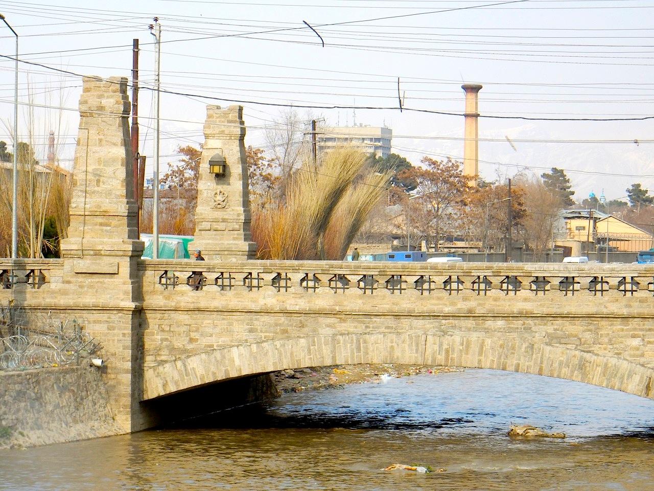 Die Harten-Brücke.  Mit den Nordpfeilern