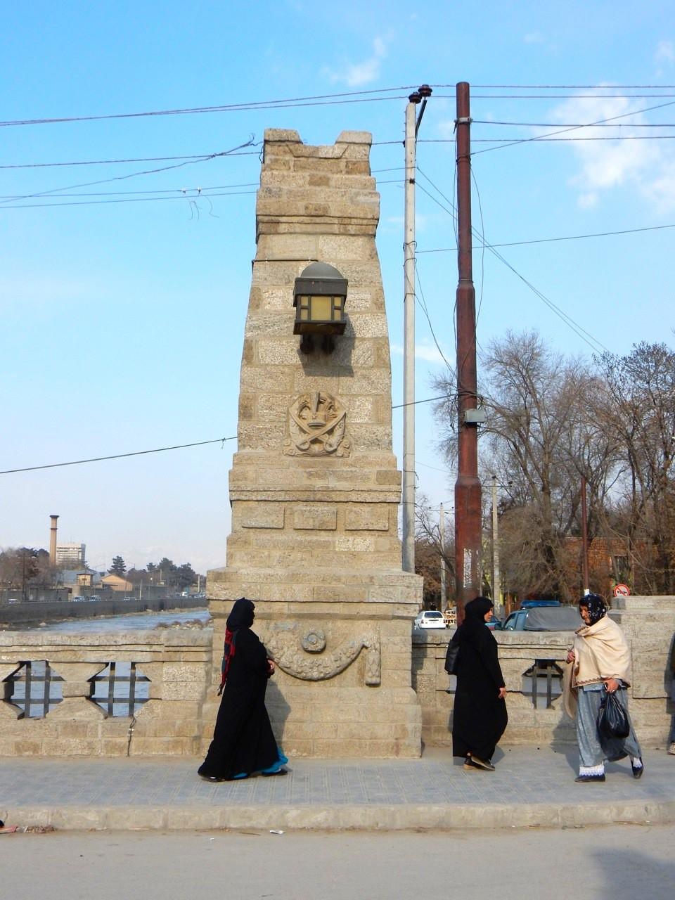 Die Harten-Brücke.  Südpfeiler mit Laterne und Amanullah Wappen