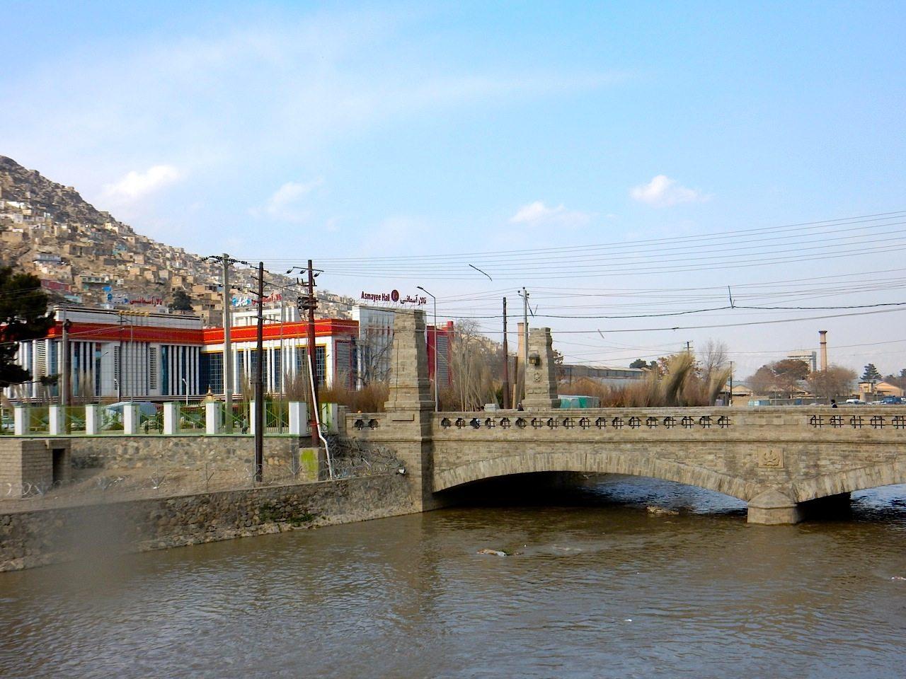 Die Harten-Brücke.  Mit einem der modernen Hochzeitspaläste im Hintergrund