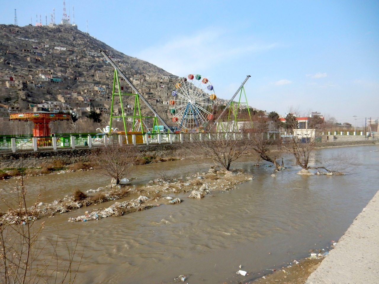 Die Harten-Brücke.  Müllinseln im Kabulfluss