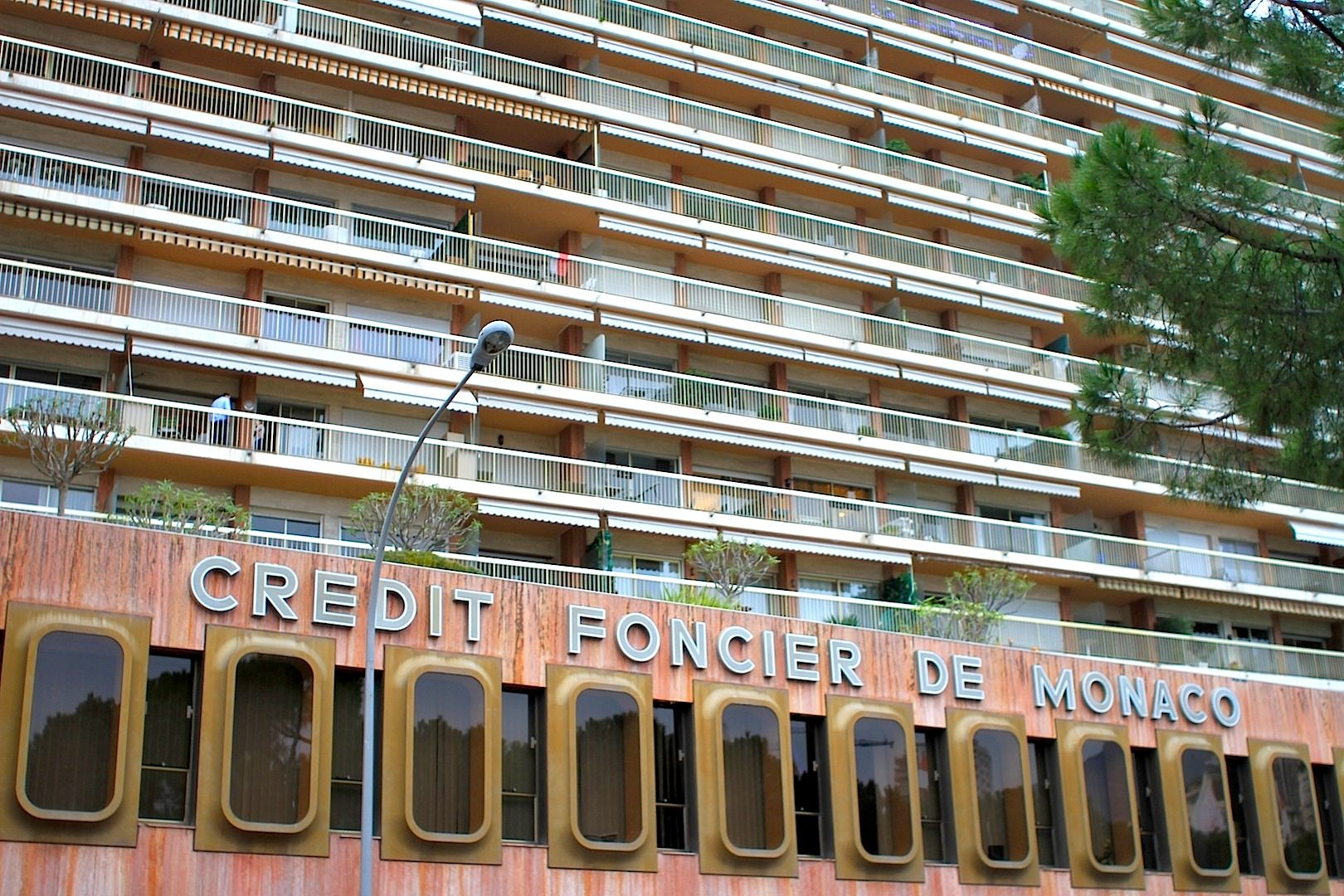 Credit Foncier de Monaco.  Wie ein Ring umfasst das Bankhaus das 14-stöckige Le Shangri-La