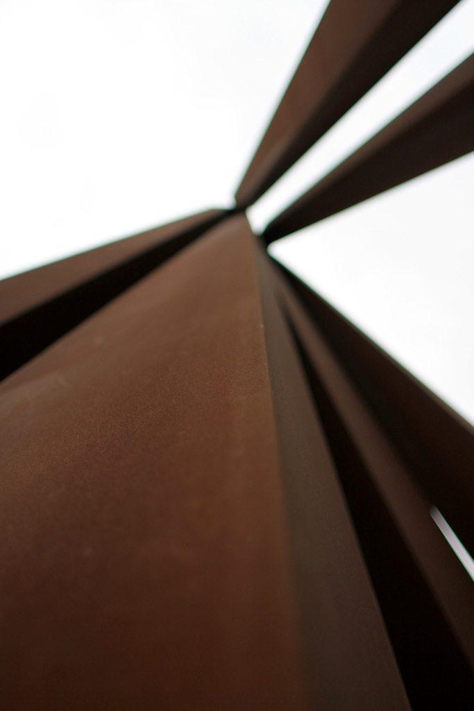 Neuf lignes obliques.  Skulptur von Bernar Venet