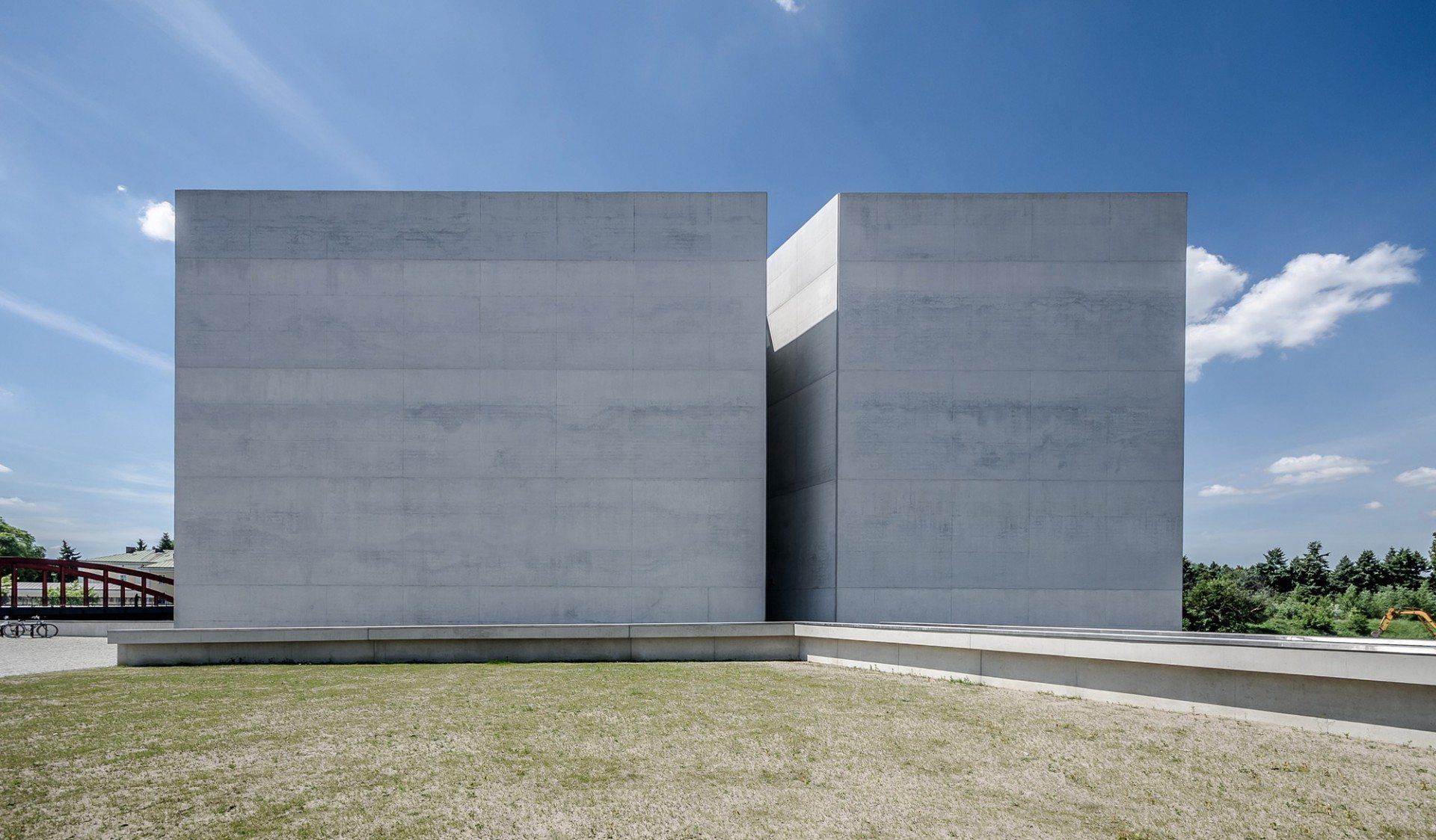 Minimalistisch. Mit der klaren Kubatur und dem Verzicht auf jegliche Ornamentierung respektieren die Architekten einerseits den historischen Kontext und unterstreichen gleichzeitig die Bedeutung des Ortes.