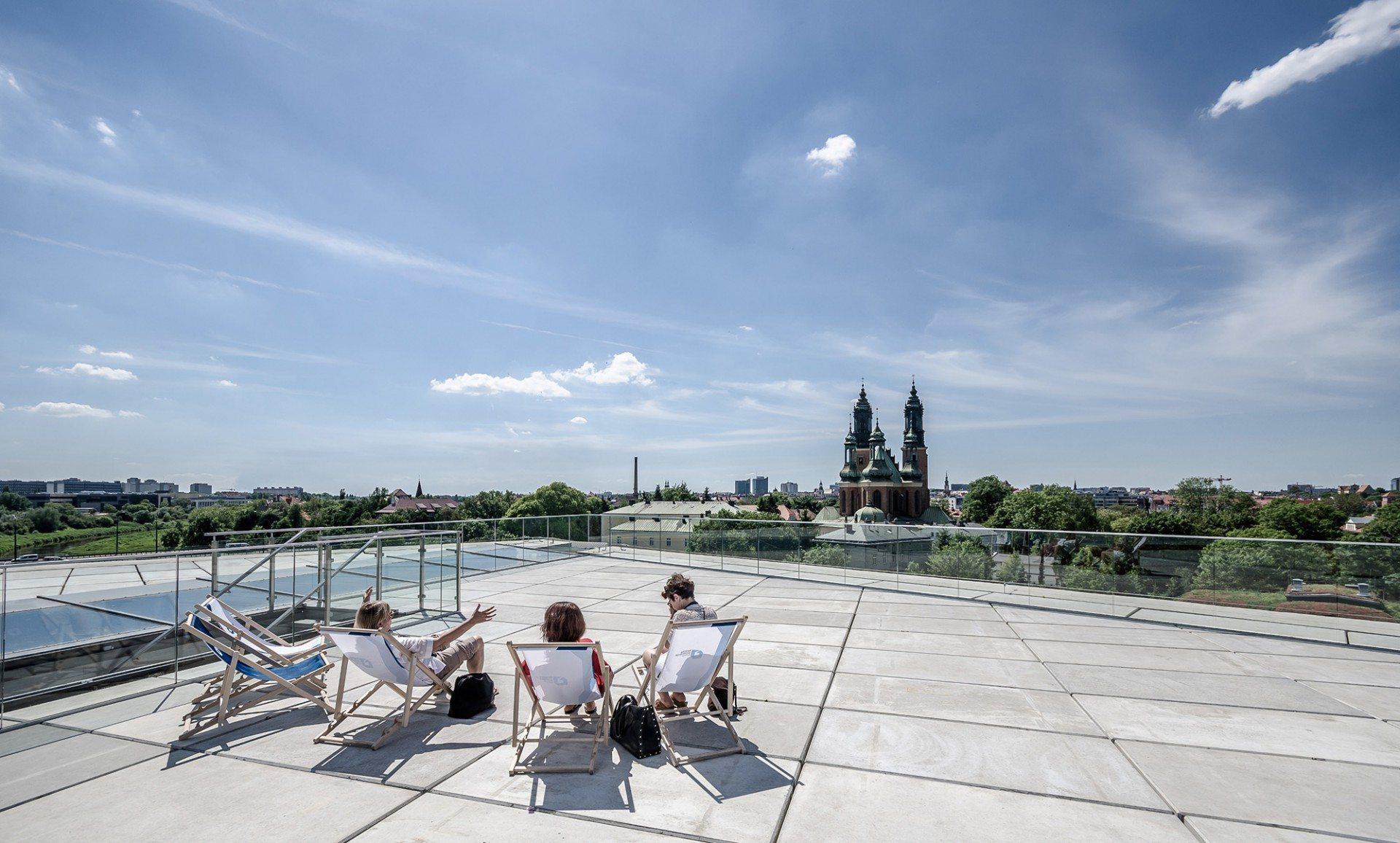 Blickbeziehung. Vom Dach des Zentrums fällt der Blick über die historisch bedeutende Dominsel bis hinein in Poznans Stadtmitte jenseits der Warthe.