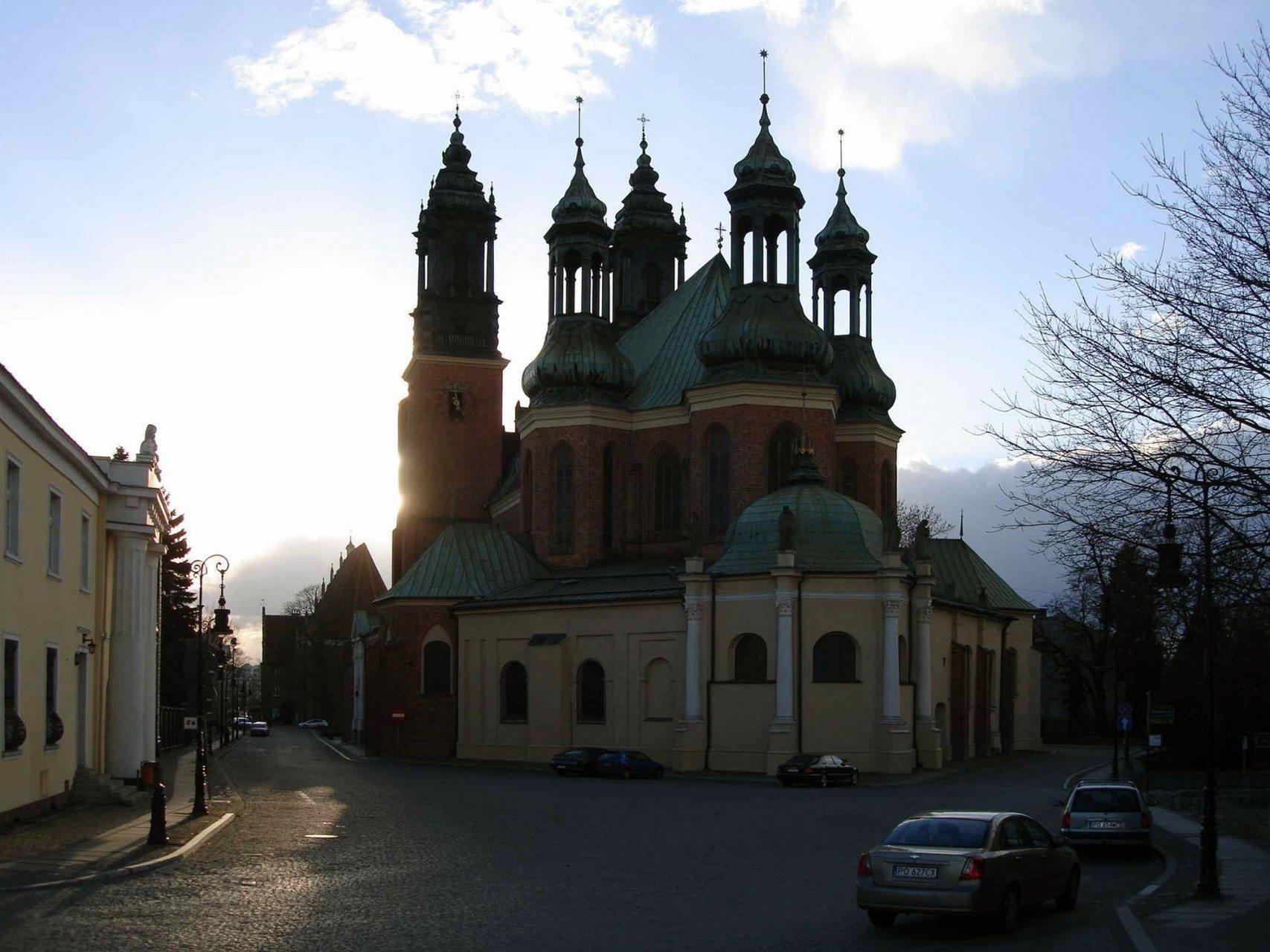 Gotischer Glanz. Der Posener Dom wurde an gleicher Stelle des vorromanischen Kirchenbauwerks errichtet. Der Backsteinbau geht auf eine romanische Basilika mit zwei Türmen zurück, die erst im 14. und 15. Jahrhundert ihre gotische Gestalt erhielt. In den folgenden Jahren wurde das Gotteshaus mehrfach umgestaltet und nach starken Beschädigungen im 2. Weltkrieg erst 1956 wiedereröffnet. Die Kathedrale ist zugleich Grabstätte der ersten polnischen Oberhäupter.