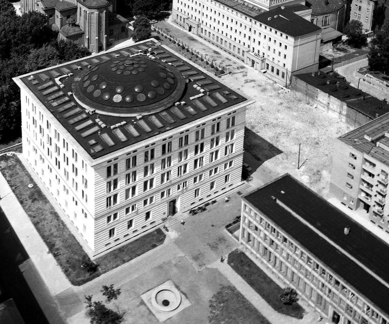 Der Sitz des Regierungspräsidiums. Wspólnastraße 62, Warschau. Entworfen von Marek Leykam, erbaut 1952