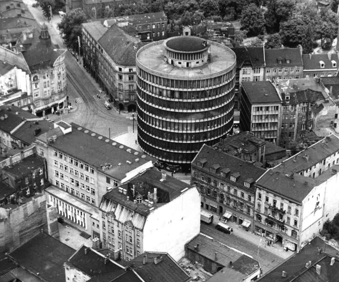 Das Allgemeine Warenhaus Rundling in Posen. Entworfen von Marek Leykam, erbaut 1949–1952