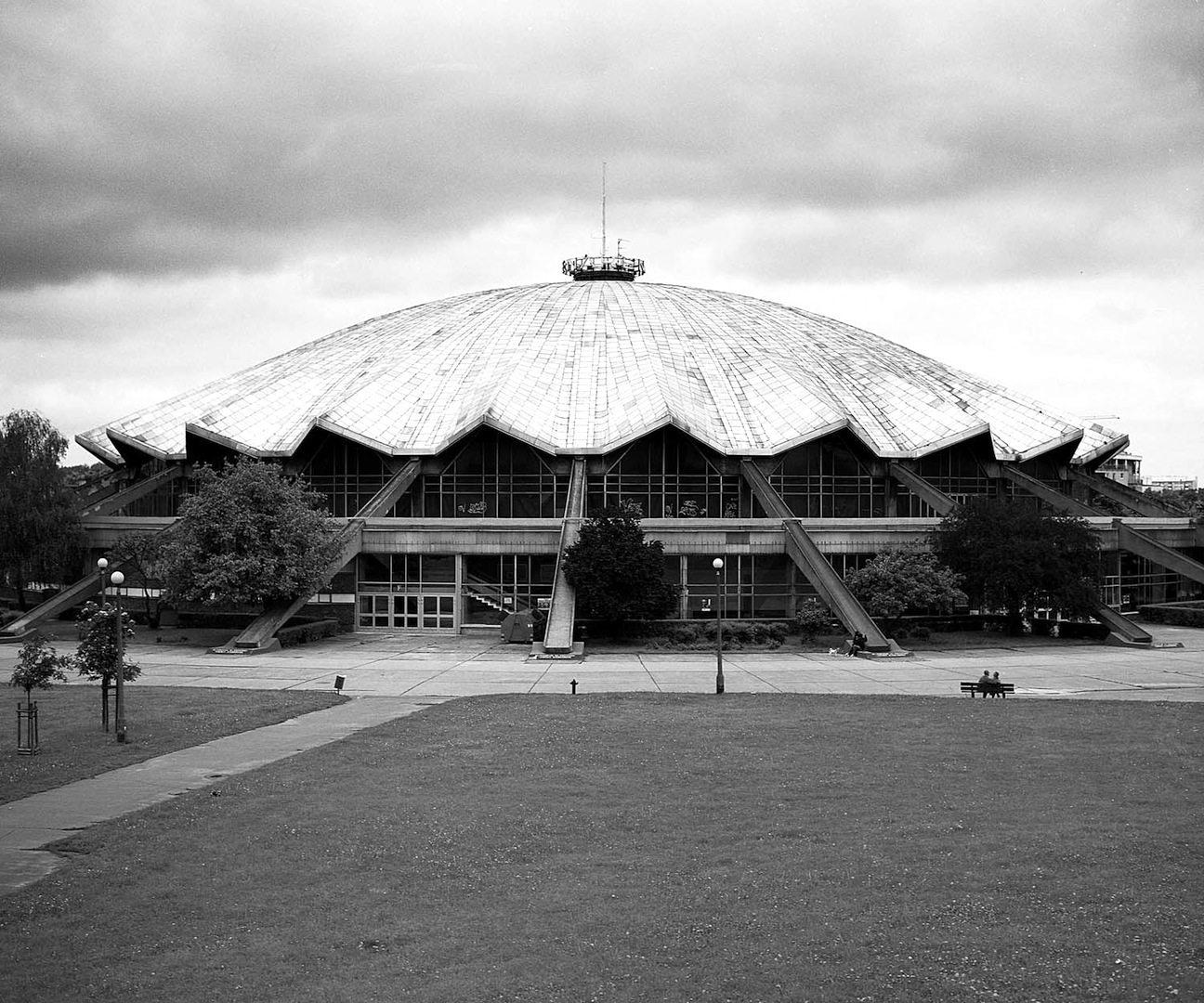 Die Mehrzweck- und Sporthalle Arena in Posen. Wyspianskistraße 33, Posen. Entworfen von Jerzy Turzeniecki, erbaut 1972–1974