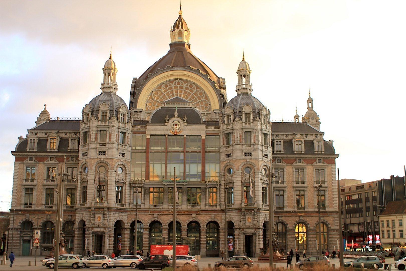 """Die Eisenbahnkathedrale.  Oder """"Spoorwegkathedraal"""": so wird der Hauptbahnhof von Antwerpen wegen seiner 75 Meter hohen, weithin sichtbaren Kuppel genannt."""