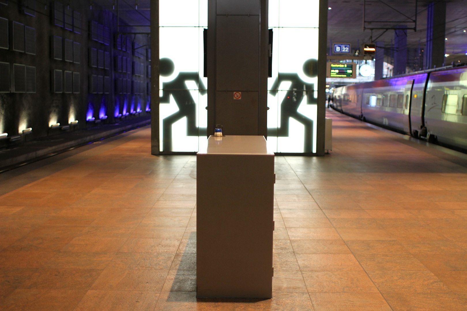 Leuchtend.  Bahnsteig 21 und 22 in der Ebene -2 für den TGV, IC-Züge und den Thalys (zusammen mit den Gleisen 23 und 24)