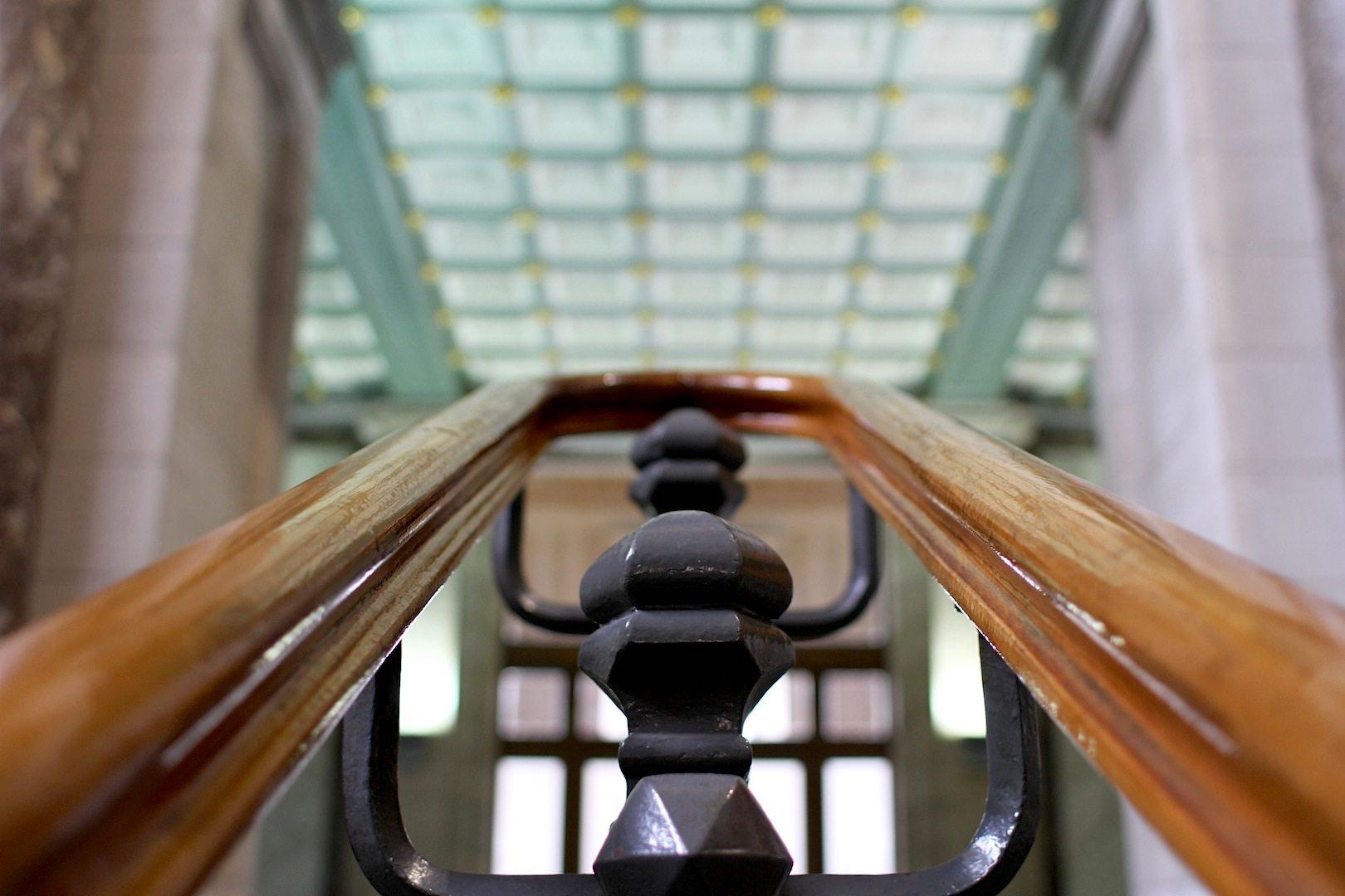 Perspektive, Teil 2.  Marmorne und neobarocke Elemente: die Treppenanlage in der Empfangshalle