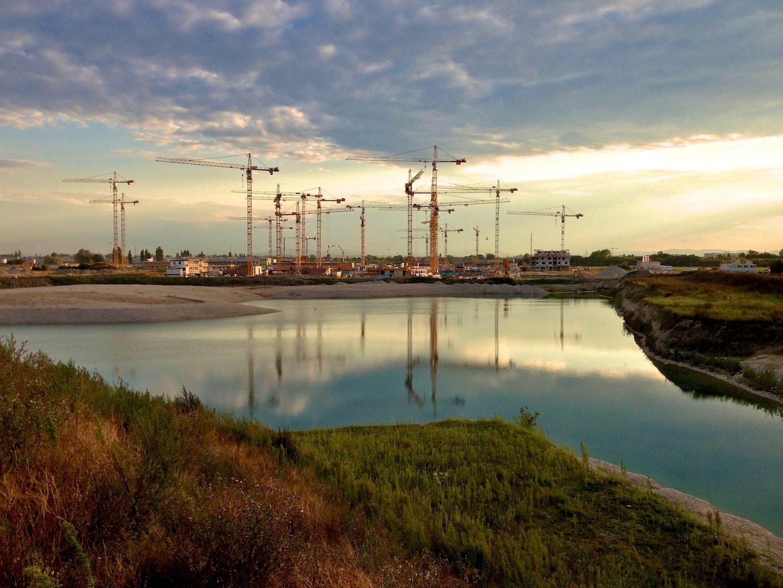 Aspern Seestadt in der Abendsonne.  Ein neuer, multifunktionaler Stadtteil mit hochwertigen Wohnungen und großzügigen Flächen für Büros, Produktions- und Dienstleistungsunternehmen, Wissenschaft, Forschung und Bildung