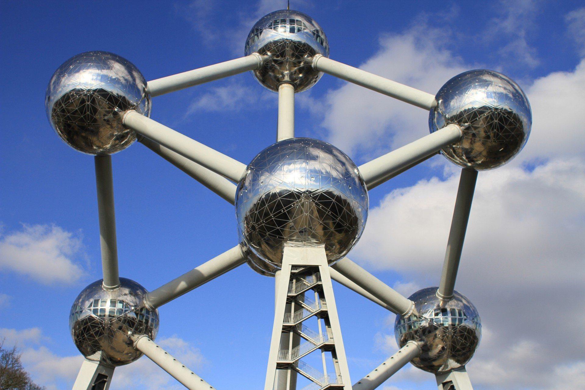 Die Vergrößerung. Die Idee des Ingenieurs André Waterkeyn: die 165-milliardenfache Vergrößerung eines Eisenatoms als begehbare Skulptur