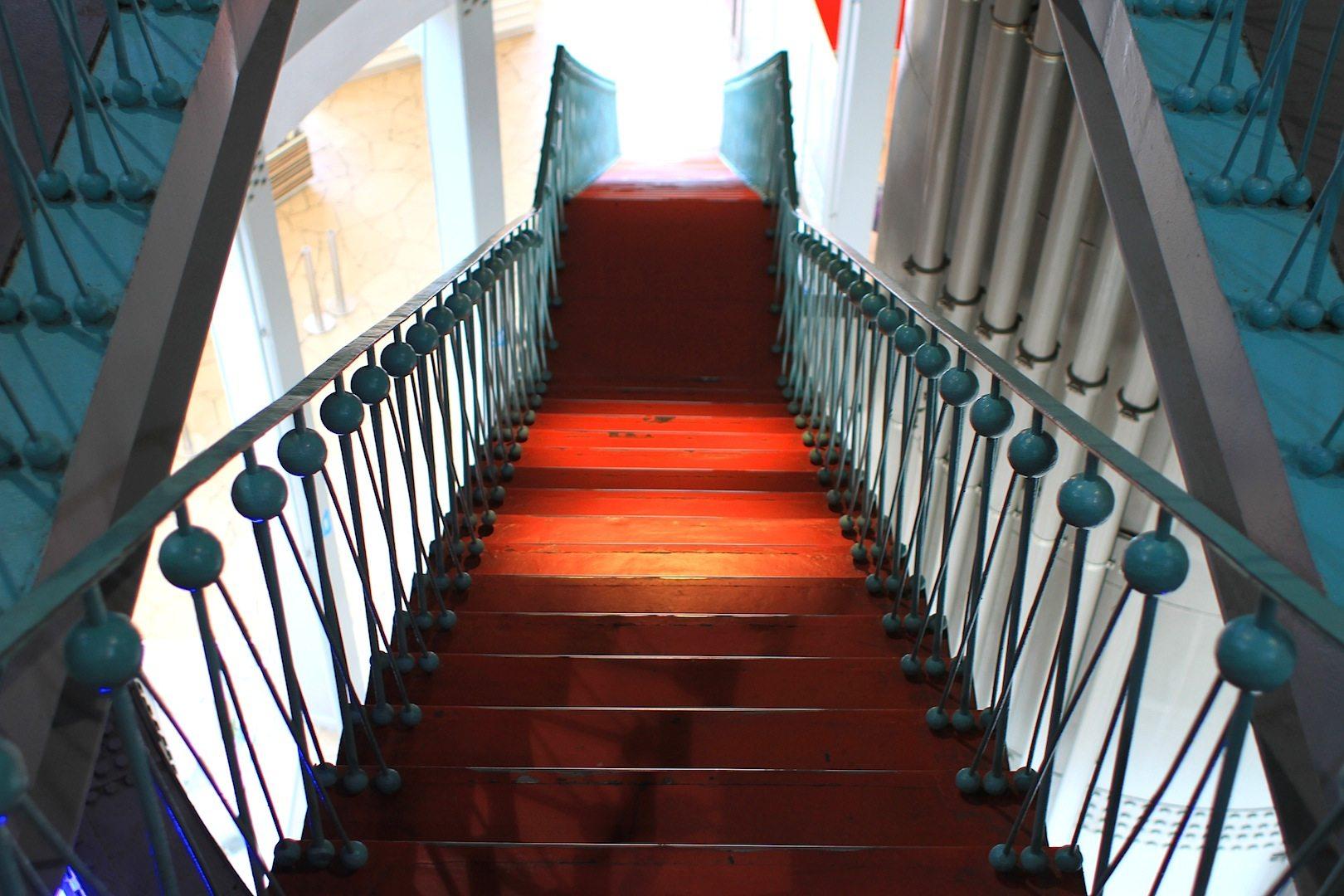 Rot-Türkis. Die alten Treppen und Geländer aus den 1950er-Jahren