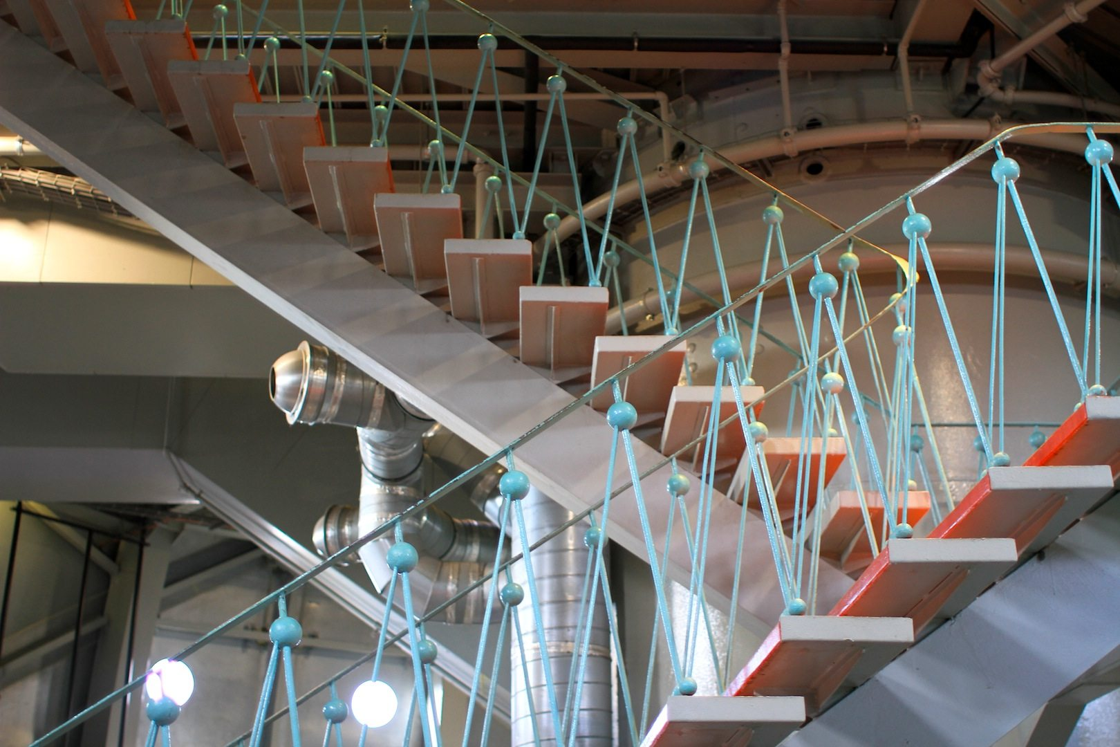 Rot-Türkis. Atomkerne als Markenzeichen der Treppen und Geländer