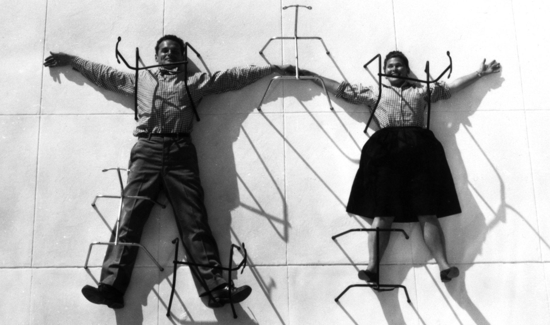 Fixiert. 1947 inszenieren sich Charles und Ray Eames, als hätte man sie mit den Untergestellen ihrer Stühle fixiert – natürlich mit der ihnen eigenen Leichtigkeit