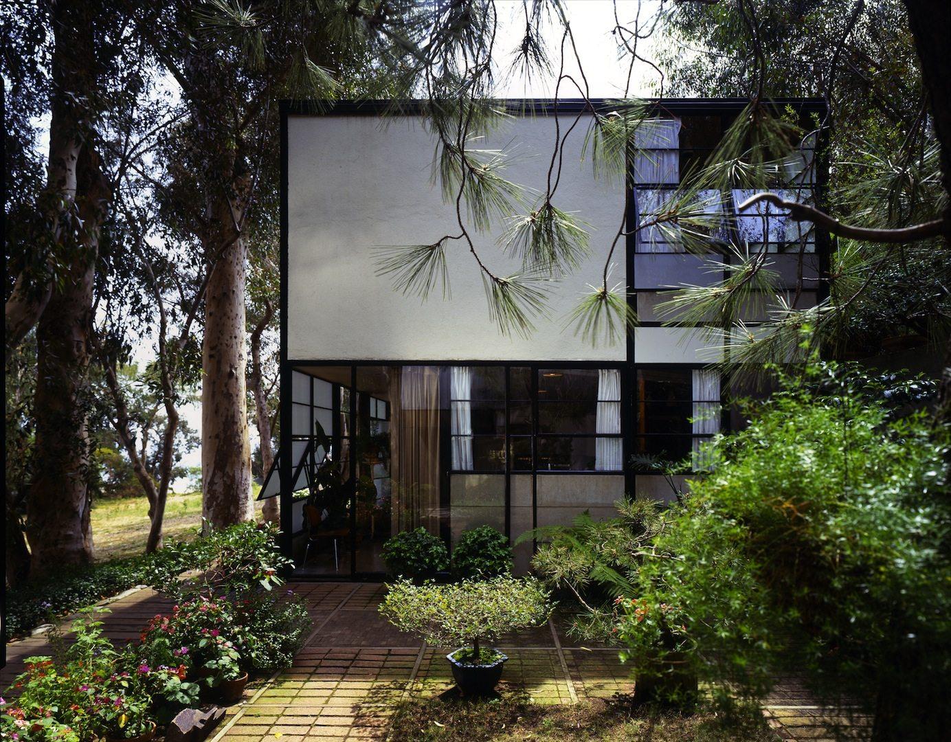 """Eames Haus 1994. """"Das Eames-Haus als Dreh- und Angelpunkt ihres Werkes ... nie ging es darum, etwas zur Schau zu stellen. Dieses Haus atmet."""" –Seite 148, """"Charles & Ray Eames"""""""