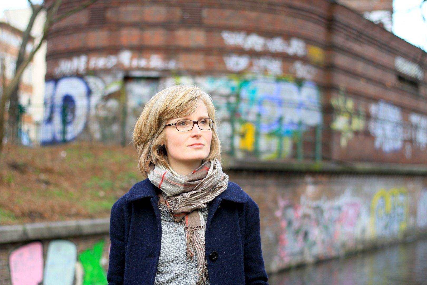 Karen Grunow. Ist Kunsthistorikerin. Als freie Journalistin schreibt sie über Kunst, Kultur und Architektur. Derzeit erarbeitet sie eine Dissertation zum Werk Jean Krämers am Fachgebiet Denkmalpflege an der Technischen Universität Berlin.